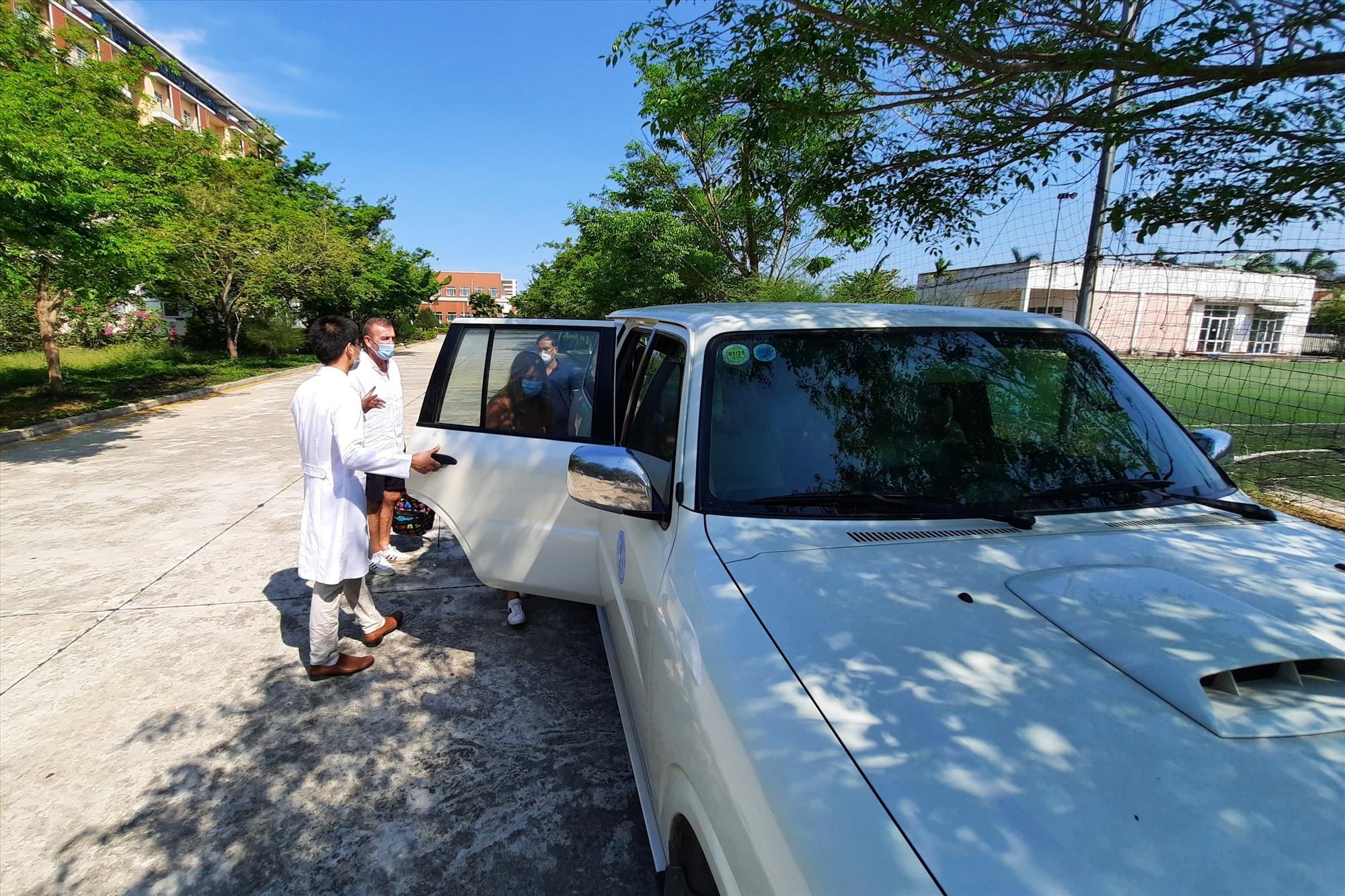Xe của Trung tâm Kiểm soát bệnh tật Quảng Nam đảm trách công tác đưa đón vợ chồng người Anh di chuyển đến khách sạn. Ảnh: ĐẠO QUÂN