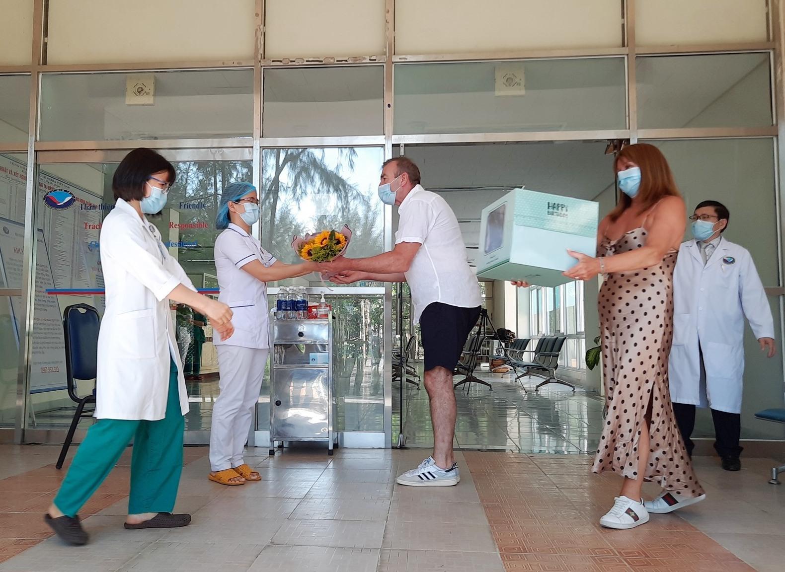 Để bày tỏ tình cảm đối với đội ngũ y bác sĩ Bệnh viện Đa khoa Trung ương Quảng Nam, bệnh nhân số 57 và người vợ dành tặng một chiếc bánh kem và bó hoa. Ảnh: ĐẠO QUÂN