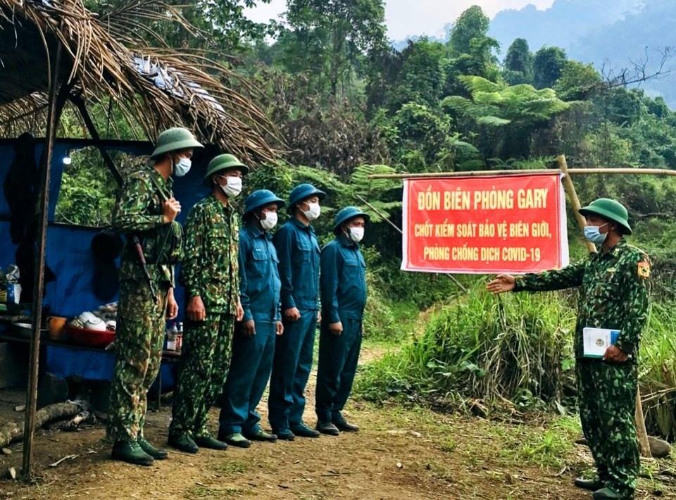 Các chiến sĩ biên phòng làm nhiệm vụ tuần tra tại các tổ chốt chặn biên giới. Ảnh: Đ.N