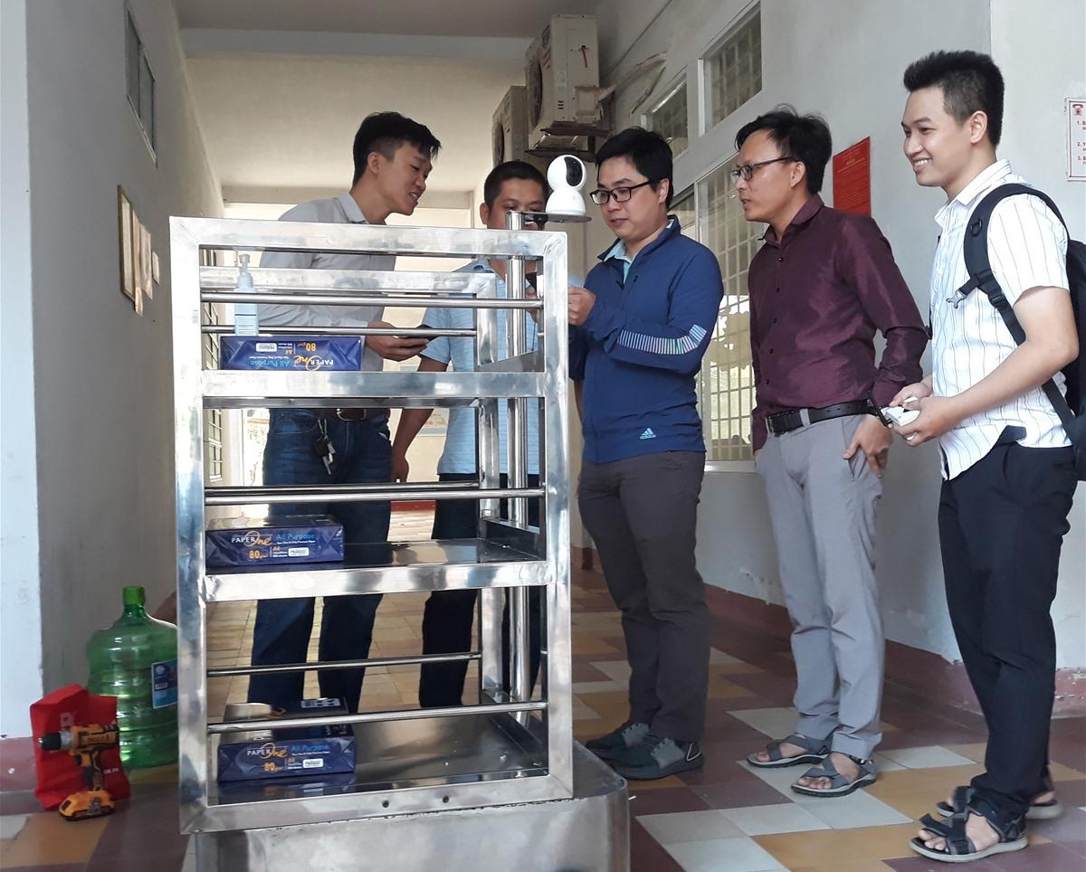 ĐH Bách khoa Đà Nẵng chế tạo robot phục vụ vận chuyển thức ăn, nhu yếu phẩm tại khu vực cách ly Bệnh viện Phụ sản - nhi Đà Nẵng. Ảnh: Q.L