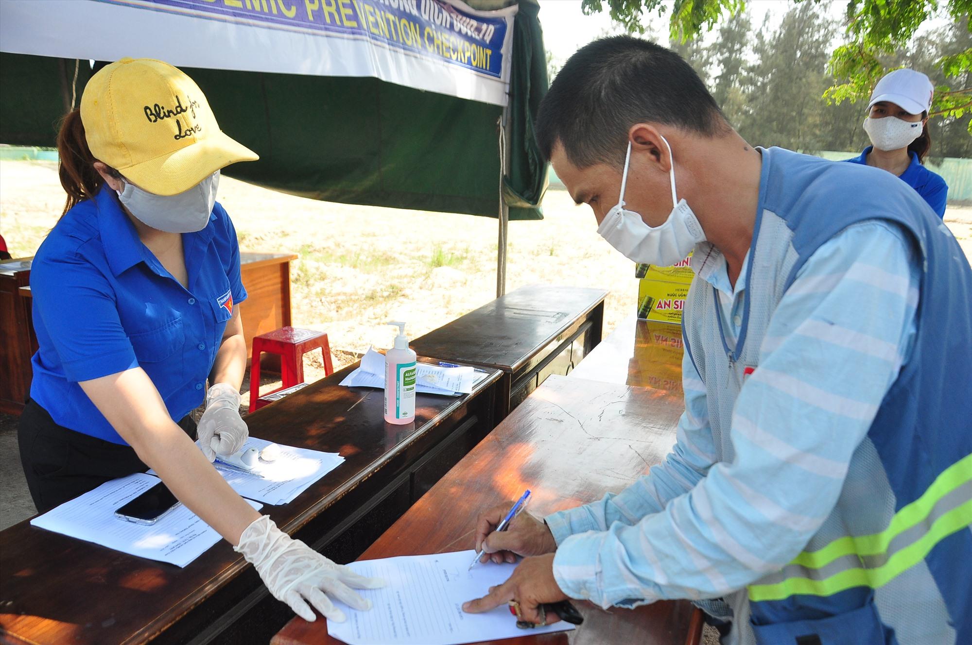 Lực lượng thanh niên xung kích thị xã Điện Bàn tham gia hỗ trợ tại chốt kiểm soát trên đường ĐT603B (đoạn qua phường Điện Ngọc). Ảnh: VINH ANH