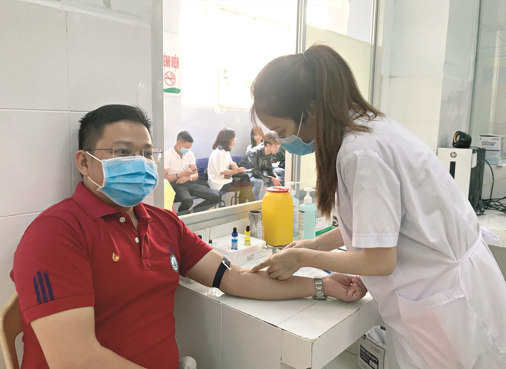 Kiểm tra sức khỏe trước khi hiến máu. Ảnh: CHÂU NỮ