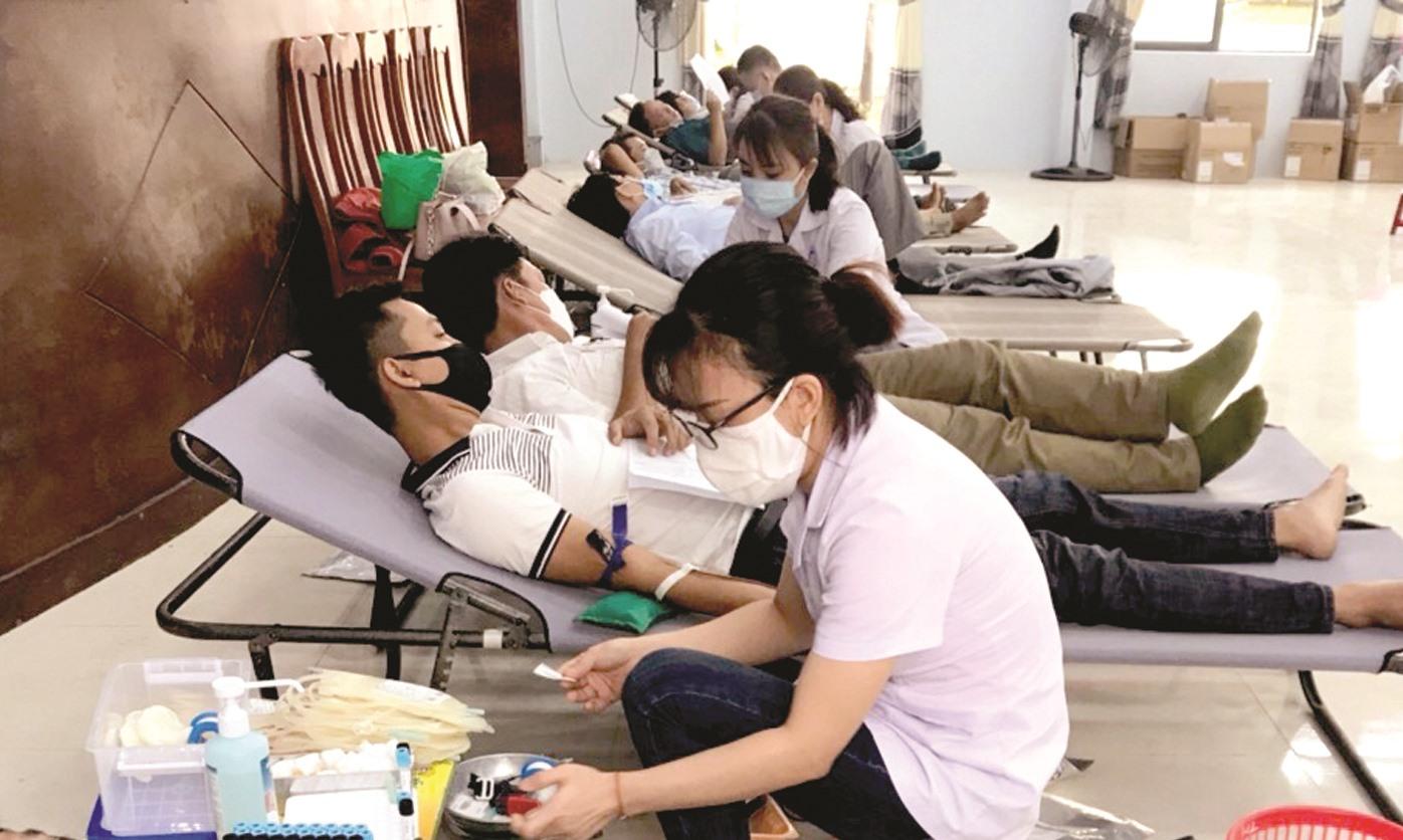 Người dân Thăng Bình hiến máu tình nguyện giữa mùa dịch Covid-19. Ảnh: V.A