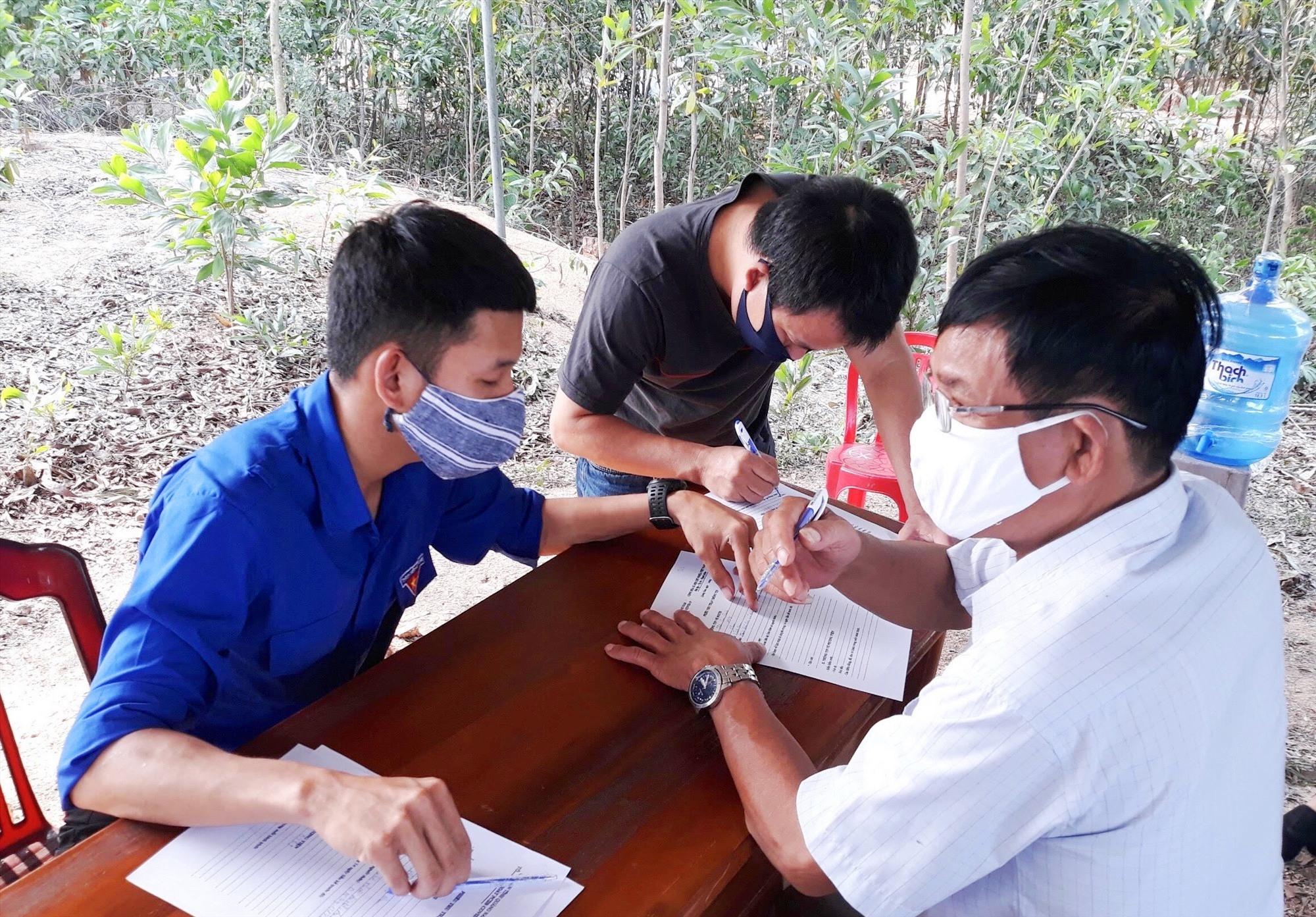 Thanh niên Phú Ninh tham gia hỗ trợ tại các chốt kiểm soát. Ảnh: H.C