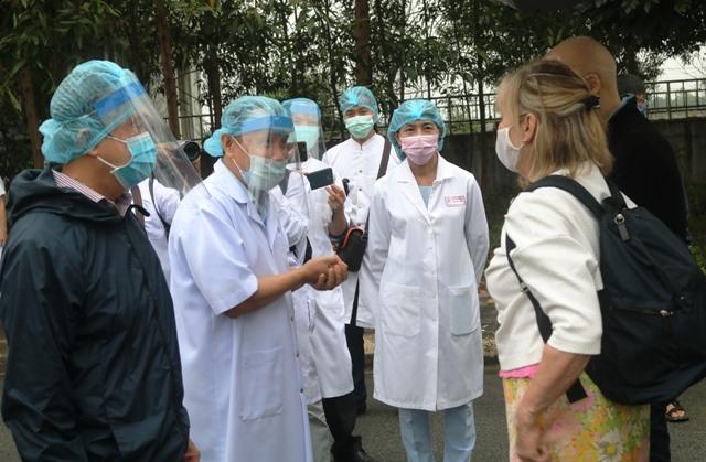 Đại diện bệnh viện Trung ương Huế gởi lời chúc đến 2 bệnh nhân khi được ra viện. Ảnh: Báo Thừa Thiên - Huế