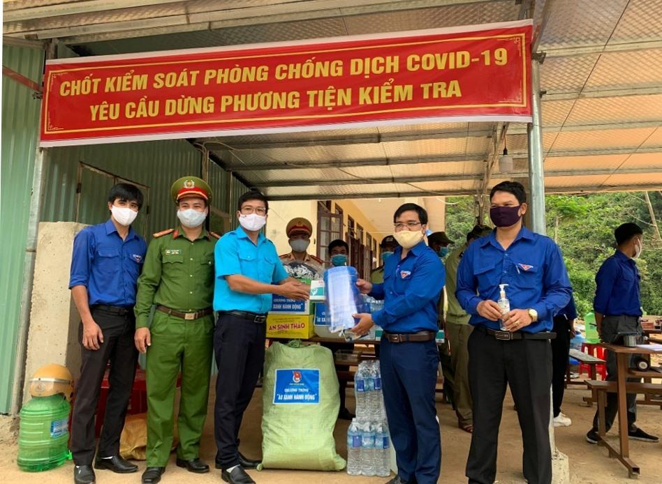 Trao khẩu trang, kính bảo hộ chống giọt bắn và dung dịch rửa tay sát khuẩn cho đội hình thanh niên xung kích huyện Tây Giang.