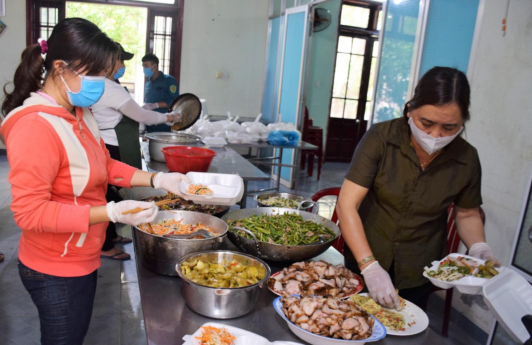 Các chị em phụ nữ thành phố chung tay lo bữa ăn chu đáo phục vụ khu cách ly và các lực lượng làm nhiệm vụ. Ảnh: L.T