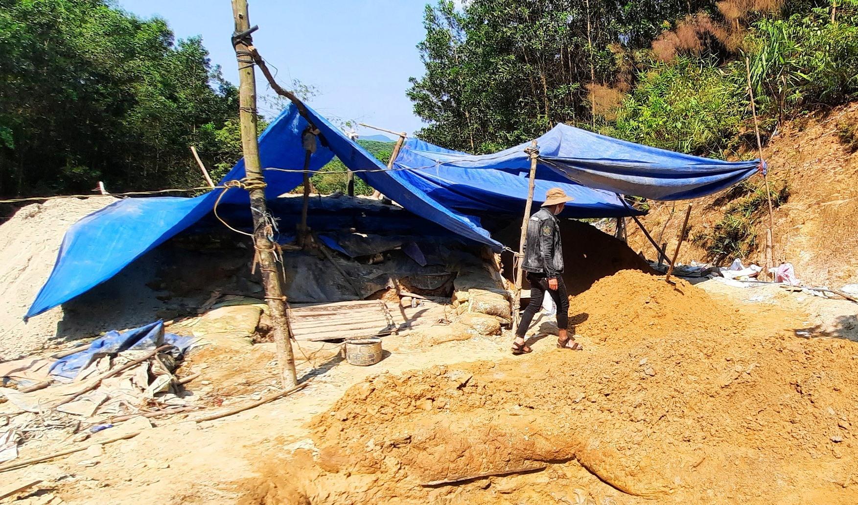 Hiện trường lán trại khai thác vàng trái phép tại xã Trà Đông, Bắc Trà My.Ảnh: T.H