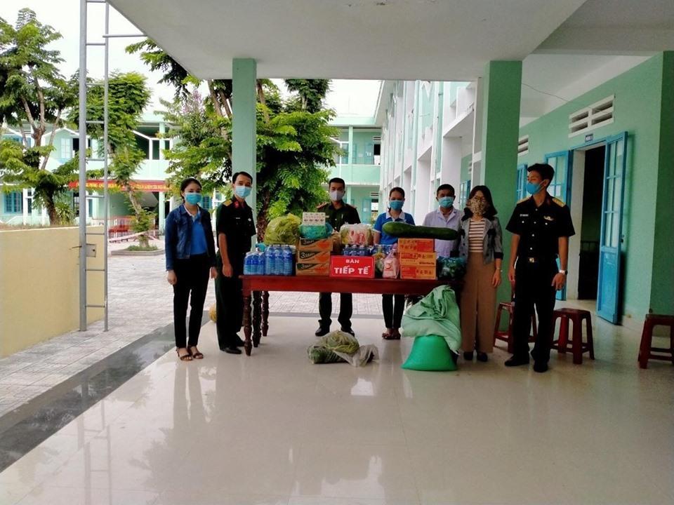 """Hội phụ nữ các xã, thị trấn mang """"quà xanh"""" tặng người dân ở khu cách ly tập trung của huyện Tiên Phước. Ảnh:D.L"""