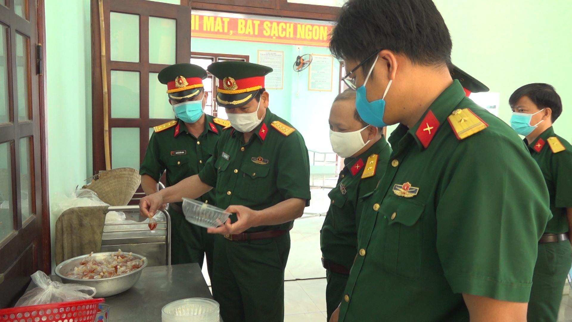 Bộ CHQS tỉnh kiểm tra khu vực tiếp nhận, cách ly công dân tại huyện Đại Lộc. Ảnh: T.A