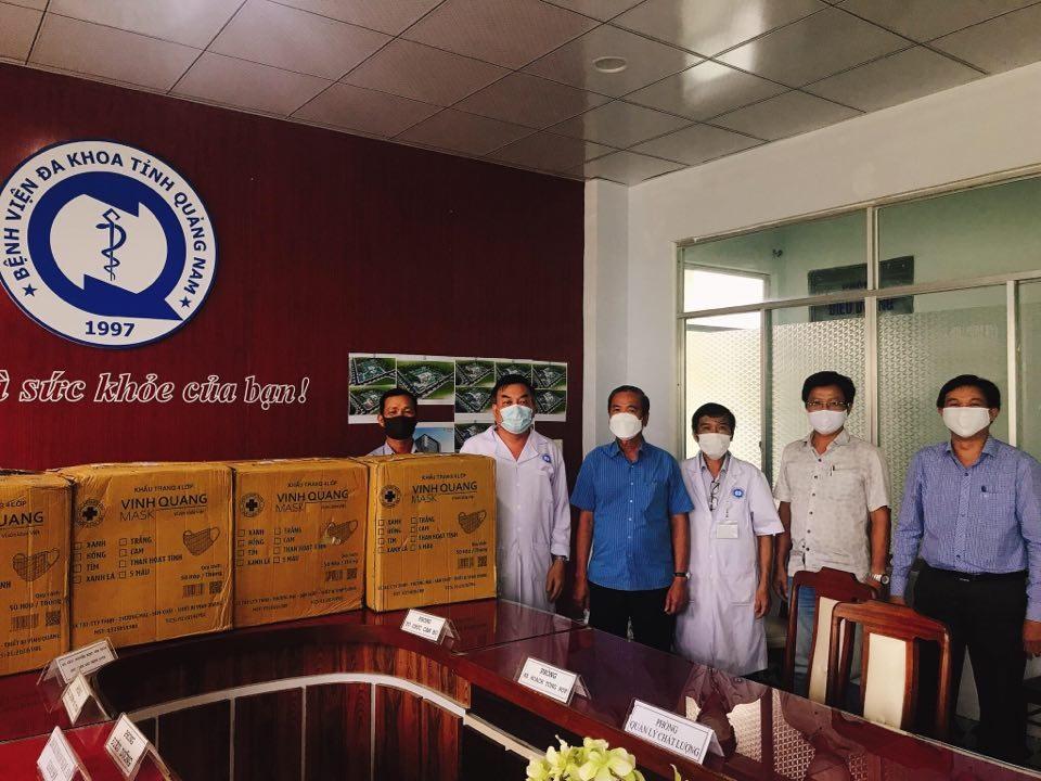 Công ty TNHH MTV Phát triển hạ tầng Khu công nghiệp Chu Lai tặng khẩu trang y tế cho BVĐK Quảng Nam. Ảnh: L.T