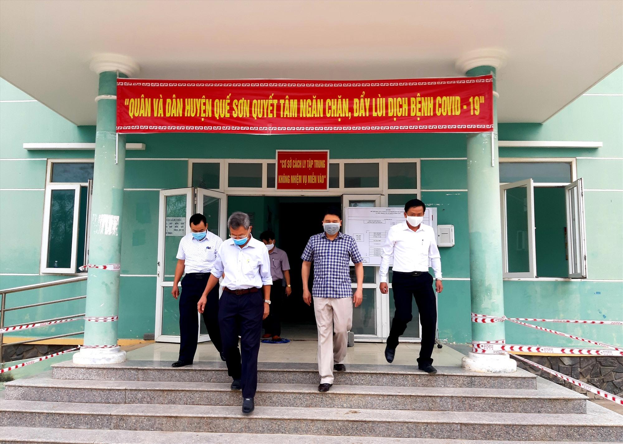 Phó Chủ tịch UBND tỉnh Trần Văn Tân cùng lãnh đạo một số ngành liên quan kiểm tra khu cách ly tập trung tại Trạm Y tế xã Quế Cường (cũ) vào sáng nay 9.4.  Ảnh: VĂN SỰ