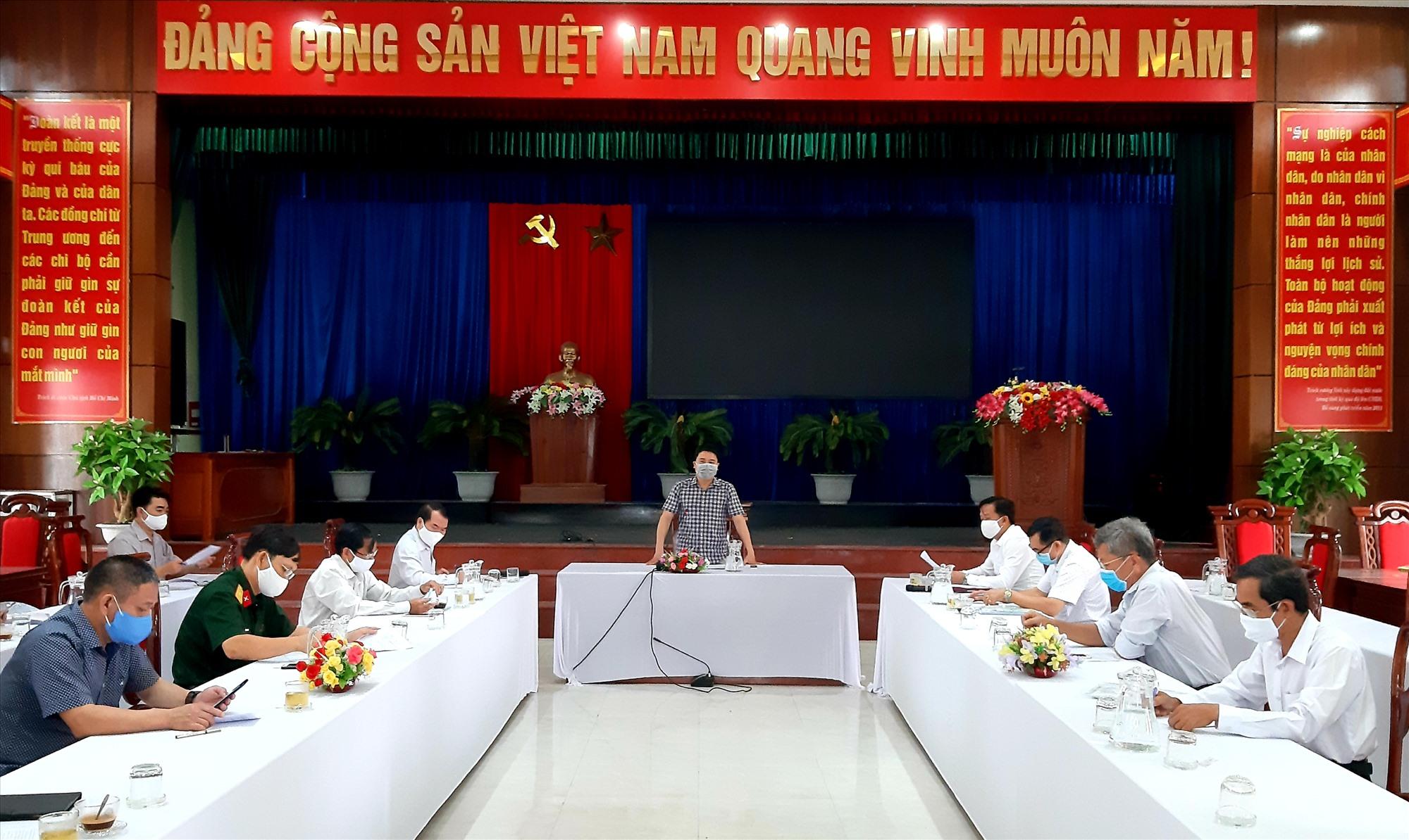 Phó Chủ tịch UBND tỉnh Trần Văn Tân phát biểu tại cuộc làm việc với lãnh đạo huyện Quế Sơn.     Ảnh: VĂN SỰ