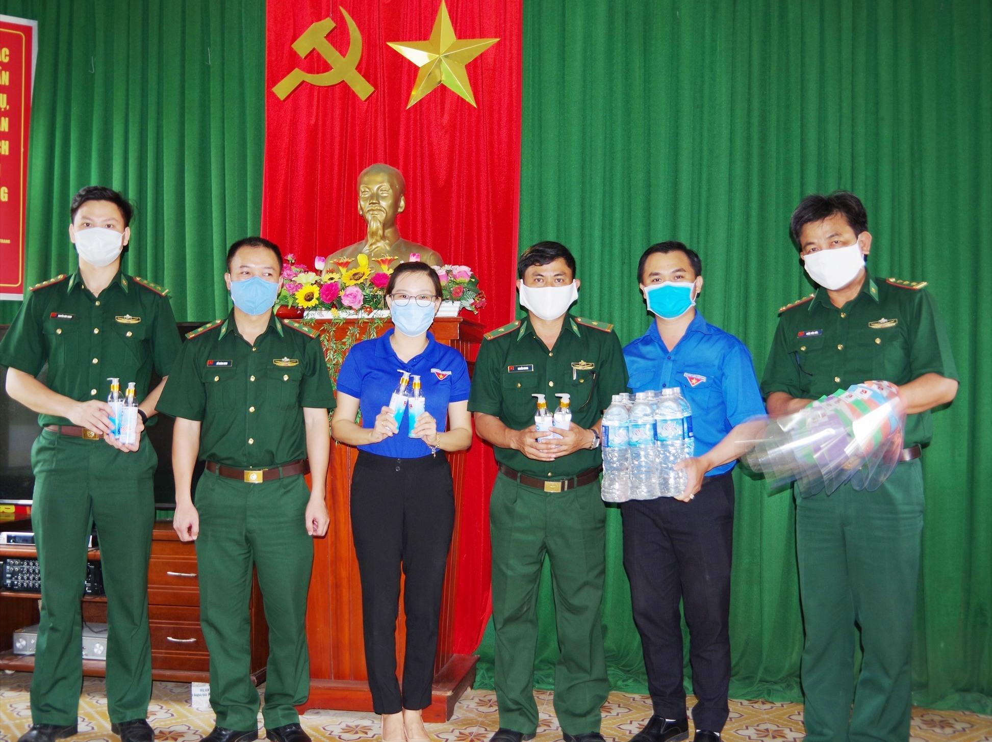 Đoàn công tác tặng vật dụng phòng chống dịch cho cán bộ, chiến sĩ Đồn Biên phòng Cửa Đại. Ảnh: HỒNG ANH