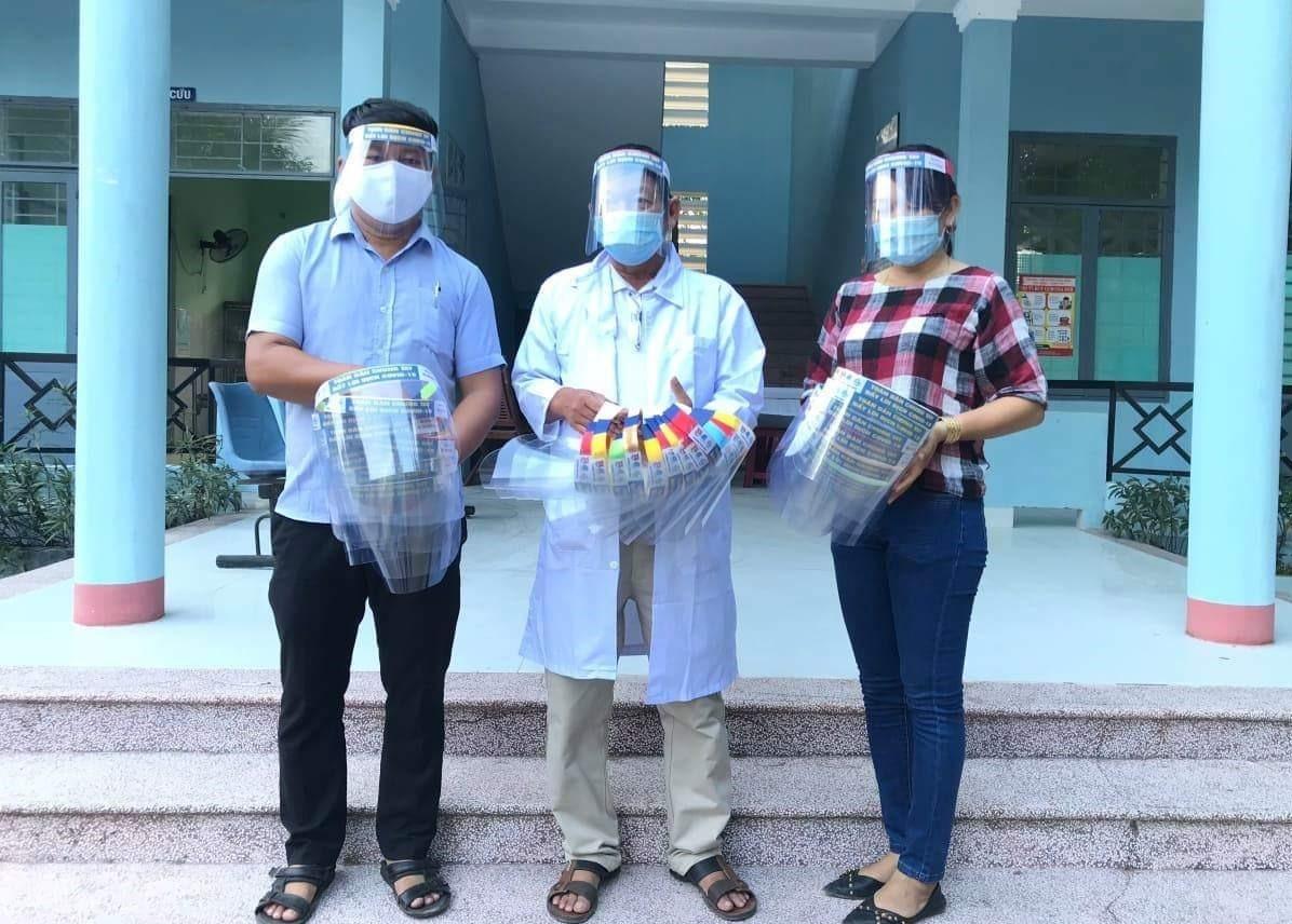Ủng hộ mũ bảo hộ chống dịch Covid-19