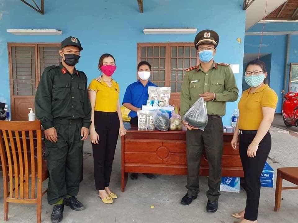 Hội viên Hội LHPN Điện Bàn cung cấp nhu yếu phẩm và thức ăn cho các lực lượng trên tuyến đầu chống dịch Covid-19