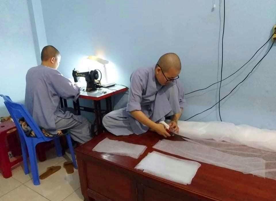 Các sư nữ chùa Ngọc Châu may khẩu trang y tế ủng hộ phòng chống dịch Covid
