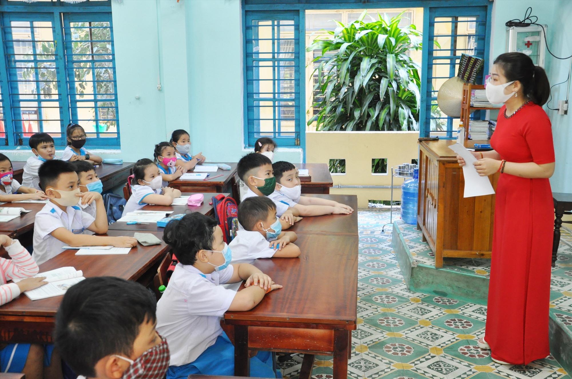 Tùy nhu cầu của phụ huynh và điều kiện nên một số trường tiểu học tiếp tục không tổ chức bán trú. Ảnh: X.P