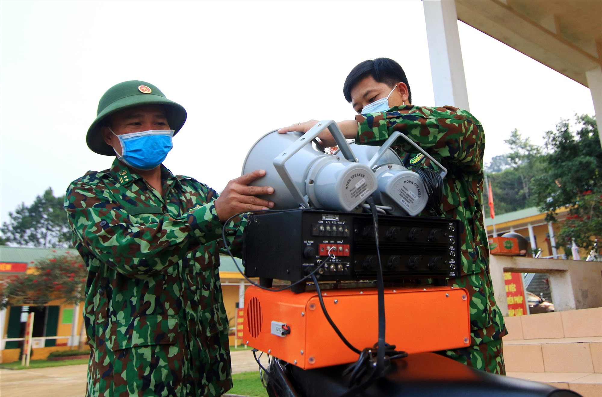 Cán bộ, chiến sĩ Đồn Biên phòng Ga Ry tổ chức tuyên truyền lưu động phòng chống dịch Covid-19 cho đồng bào biên giới. Ảnh: ALĂNG NGƯỚC