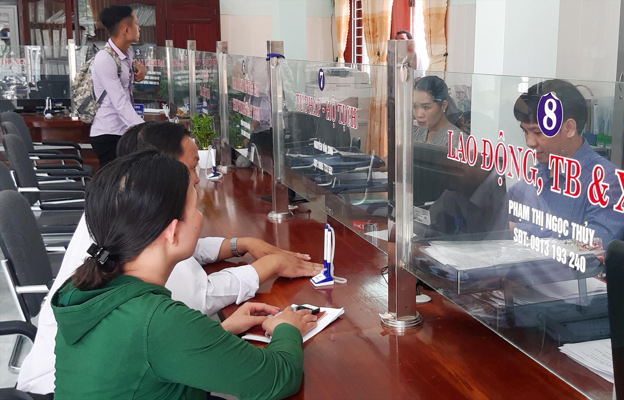 Giải quyết thủ tục hành chính tại Bộ phận tiếp nhận và trả kết quả phường An Sơn (TP.Tam Kỳ). Ảnh: V.LY