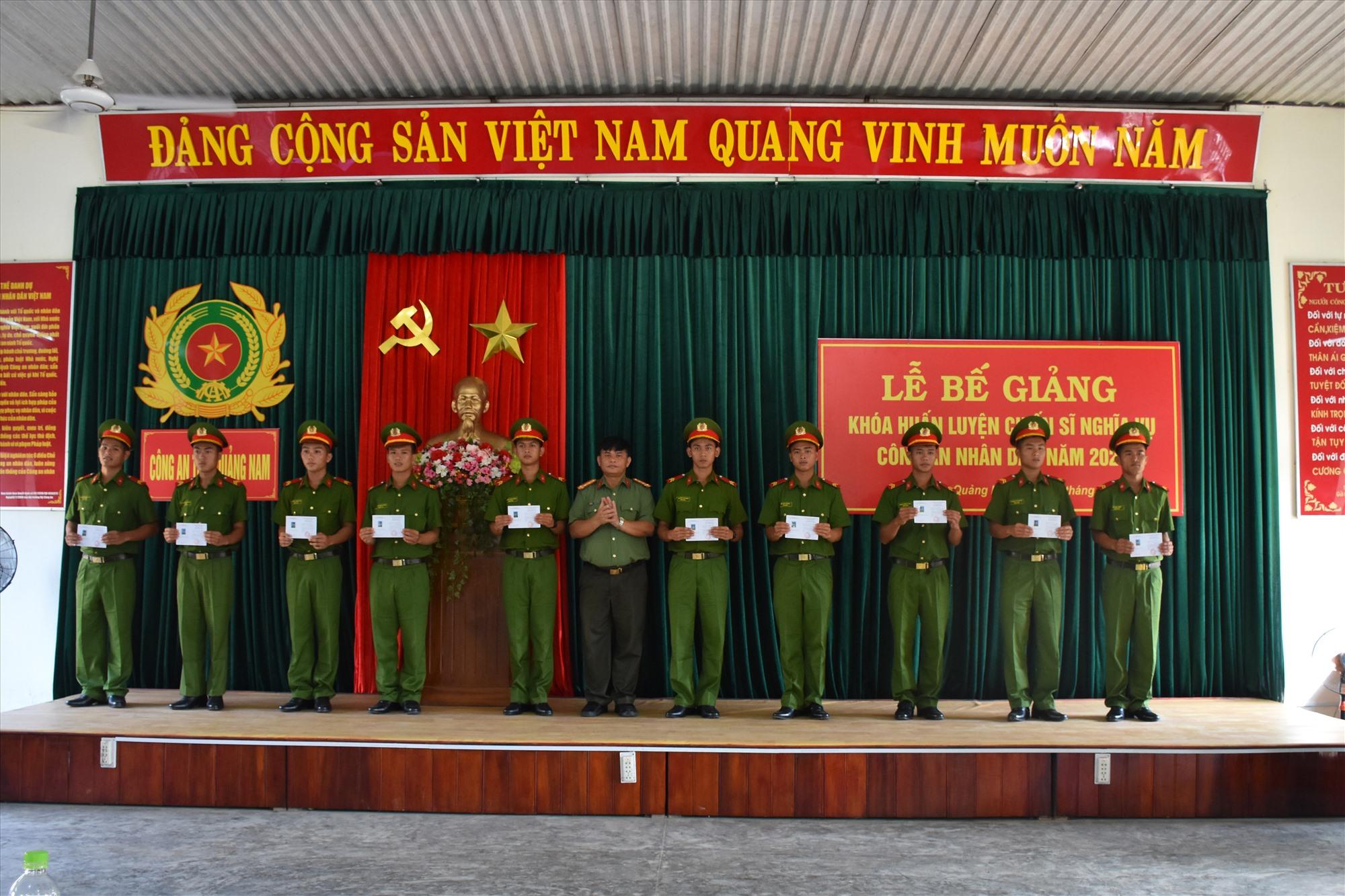 Đại tá Huỳnh Sông Thu - Phó Giám đốc Công an tỉnh trao giấy chứng nhận hoàn thành khóa huấn luyện cho các chiến sĩ nghĩa vụ.