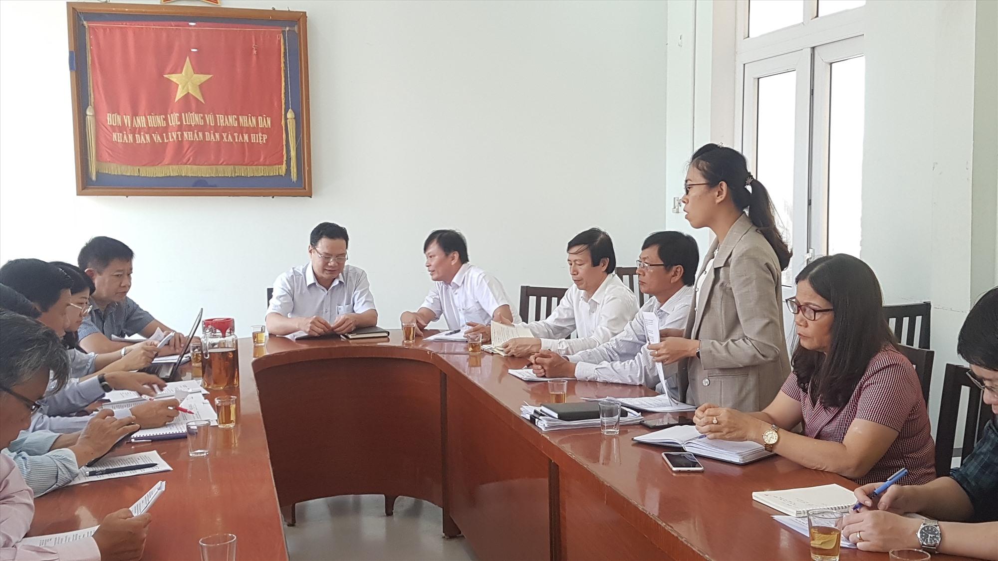 UBND xã Tam Hiệp báo cáo việc thực hiện chính sách hỗ trợ tại xã. Ảnh: D.L