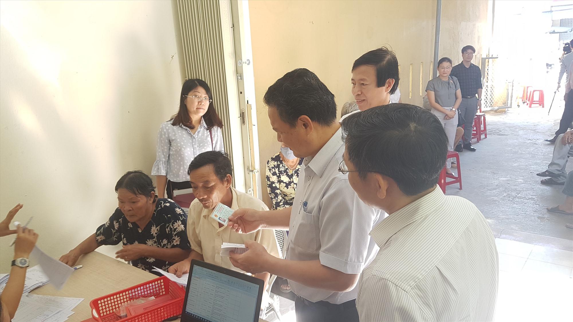 Thứ trưởng Lê Văn Thanh kiểm tra việc chi trả tại điểm chi trả của Bưu điện tại xã Tam Hiệp. Ảnh: D.L