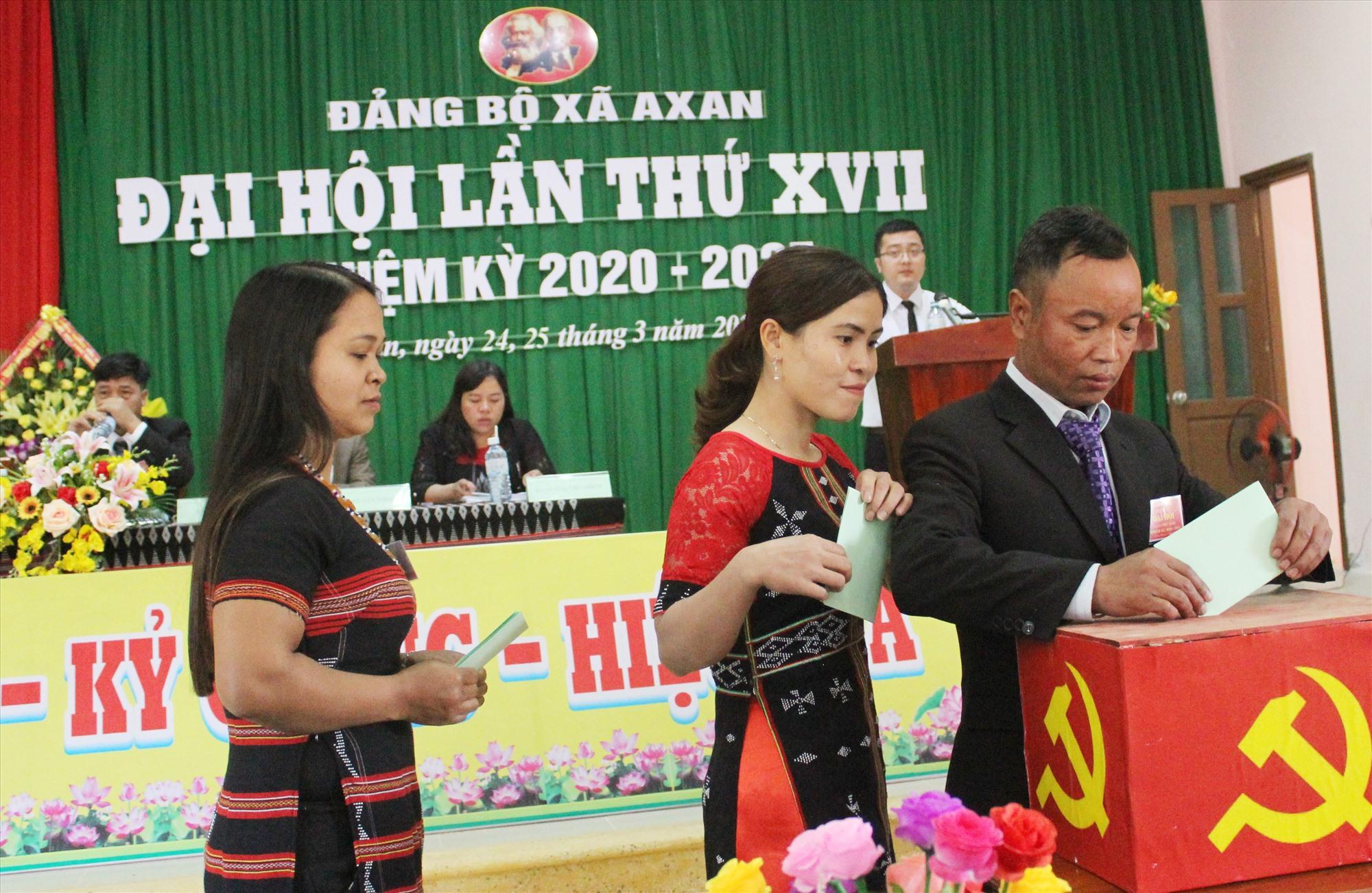 Bỏ phiếu bầu ban chấp hành khóa mới tại Đại hội Đảng bộ xã A Xan. Ảnh: Đ.H