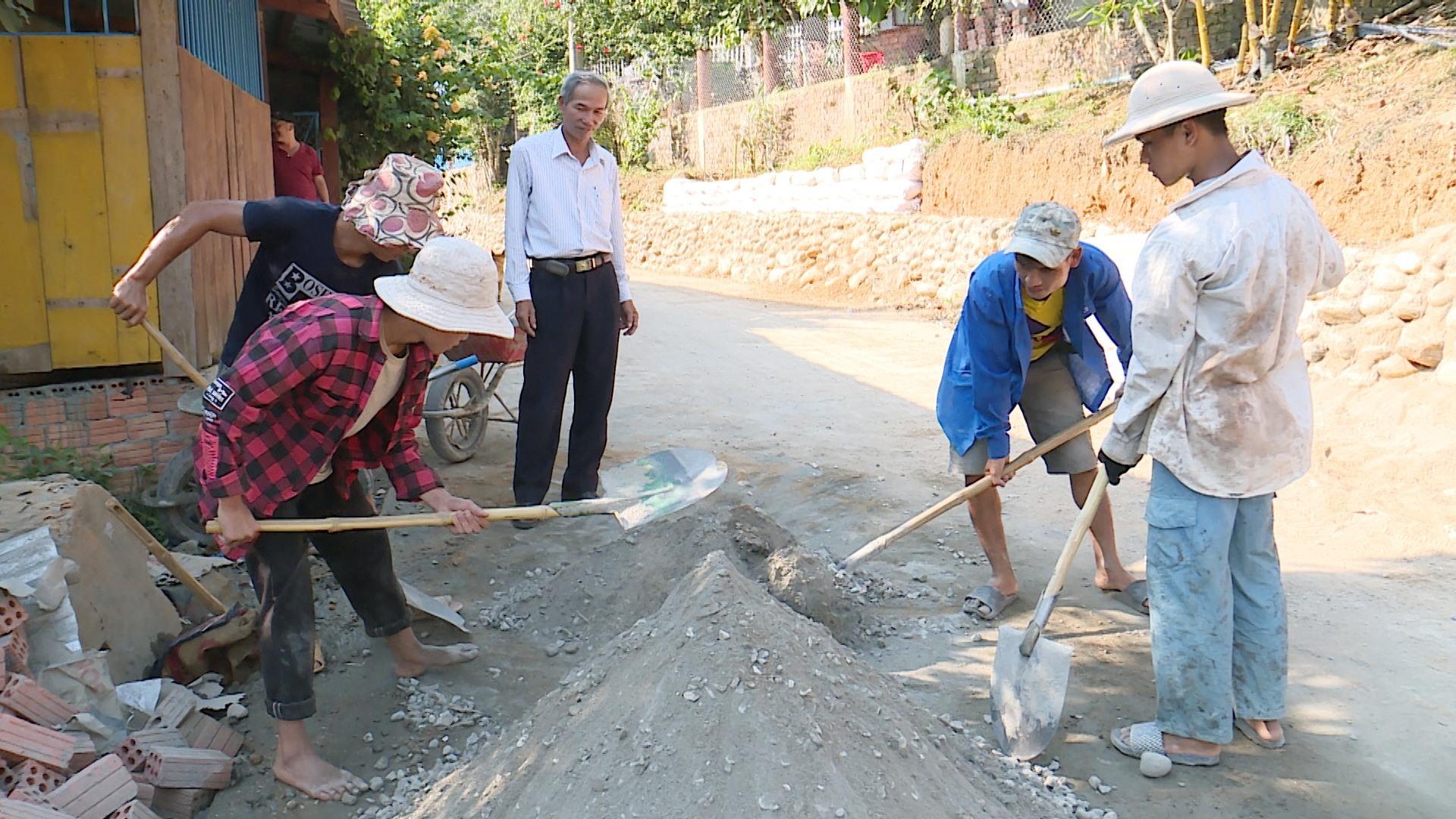 Nhân dân làng Tắc Chươm chung tay mở rộng và kiên cố hóa đường vào làng. Ảnh: TẤN SỸ
