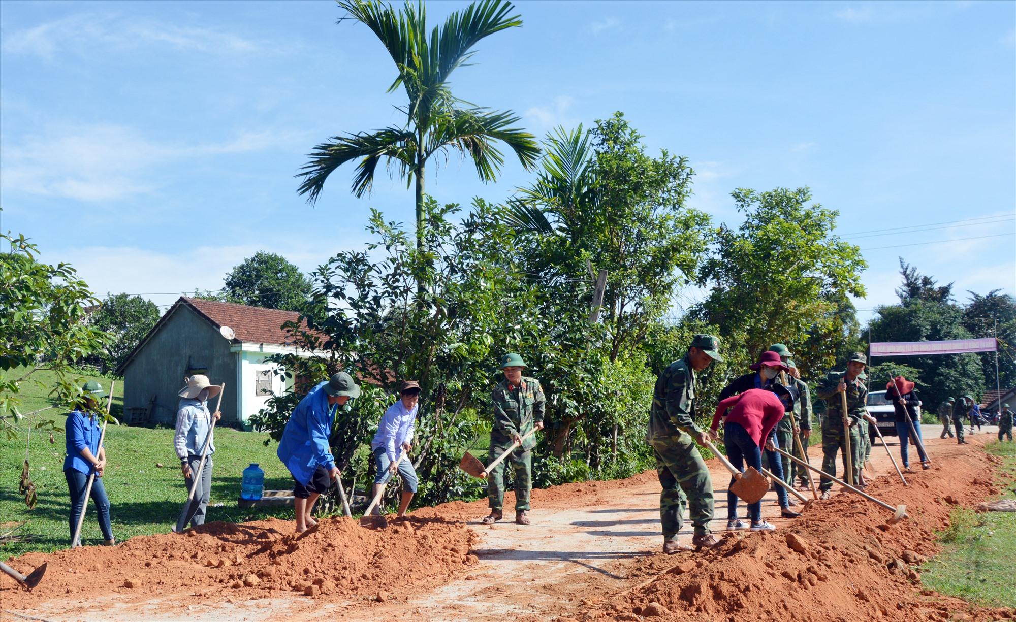 Trung đoàn 885 giúp xã Trà Tân làm đường giao thông nông thôn. Ảnh: D.L