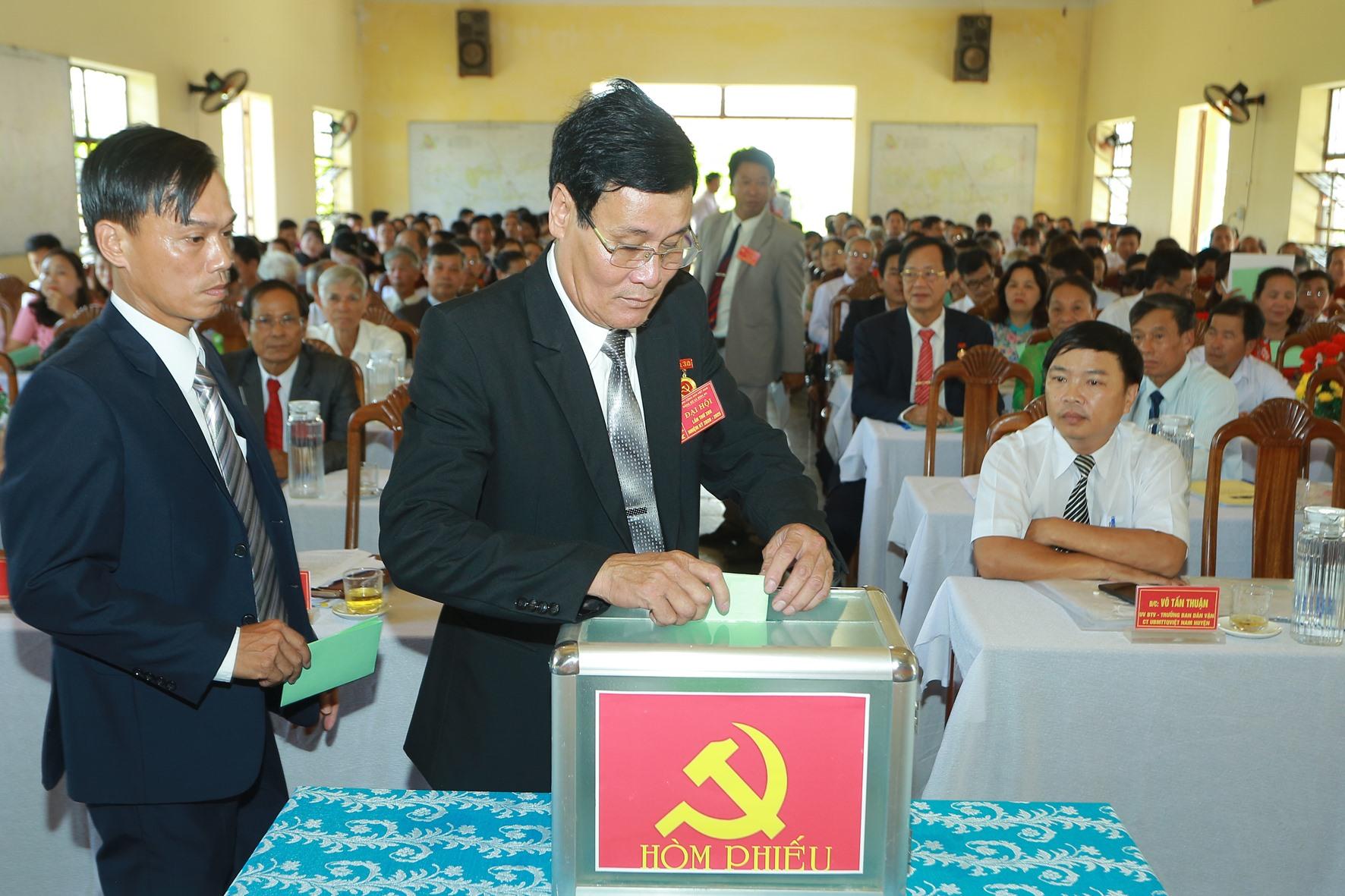 Đại biểu bỏ phiếu bầu Ban chấp hành Đảng bộ xã nhiệm kỳ 2020-2025.