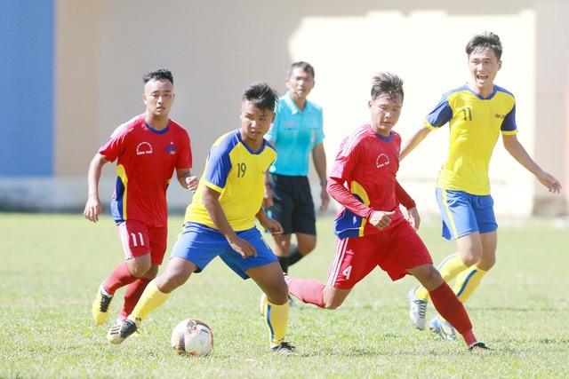 Cầu thủ Huỳnh Văn Tiến (số 11 - áo đỏ) là người cầm đầu trong vụ cá độ tại trận Vĩnh Long - Đồng Tháp ở Giải U21 quốc gia 2019 - Ảnh: tuoitre.vn
