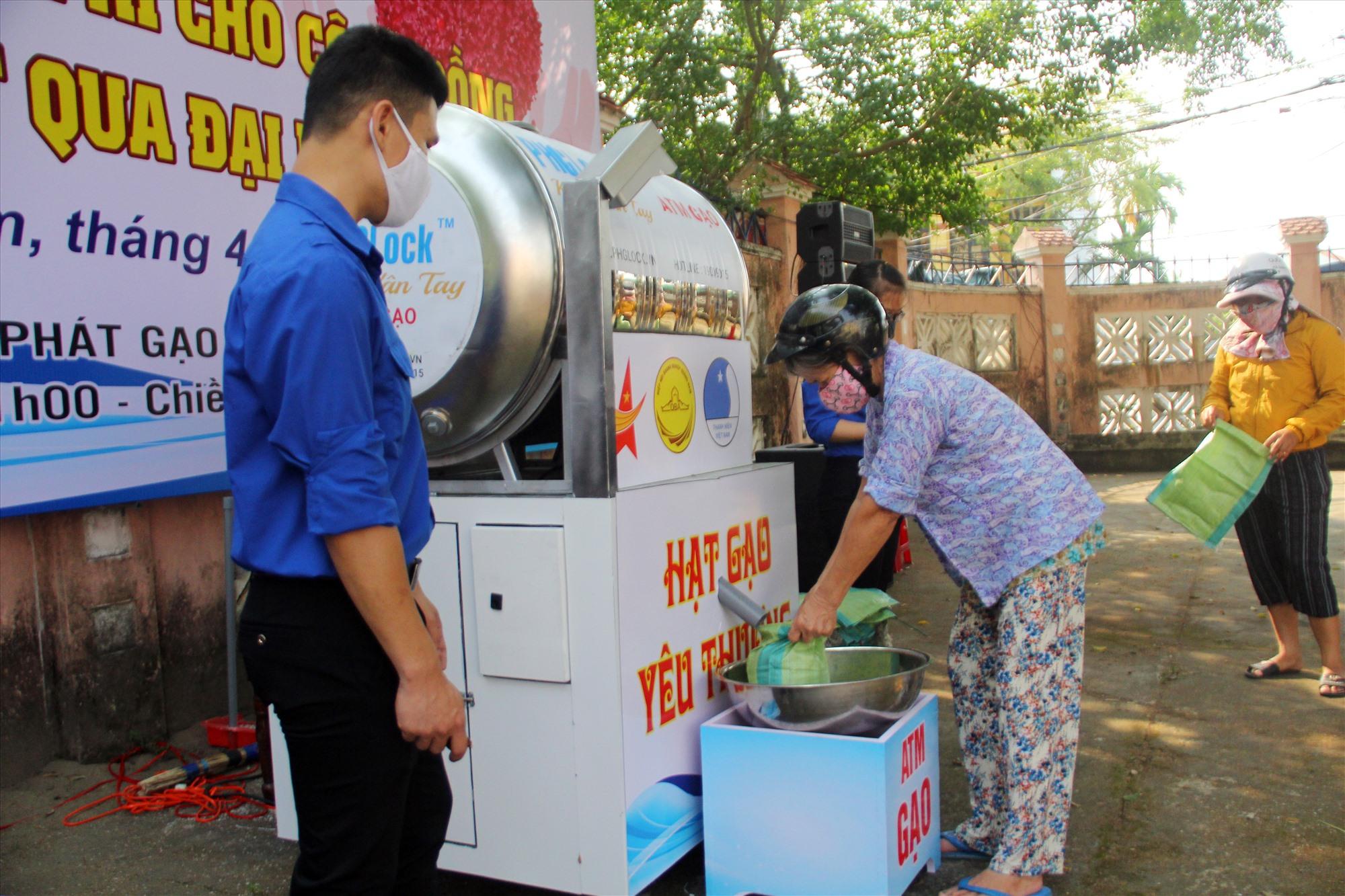 ATM gạo ở Quảng Nam - một cách chia sẻ nhân văn. Ảnh: THÀNH CÔNG