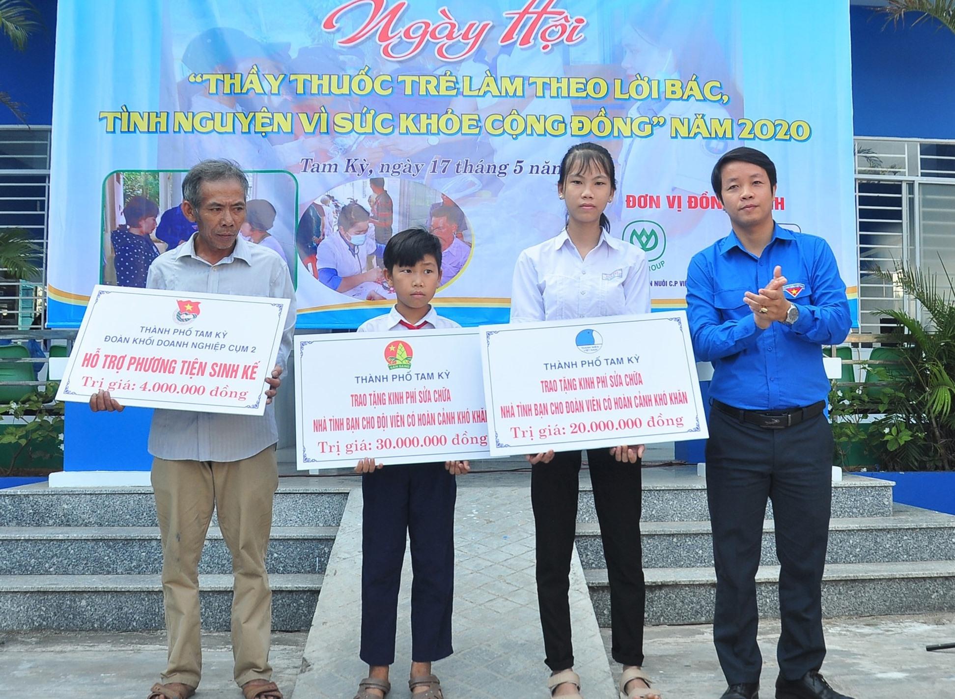 Thành đoàn, Hội LHTN Việt Nam TP.Tam Kỳ tặng sinh kế cho hộ nghèo và kinh phí sửa chữa nhà tình bạn. Ảnh: VINH ANH