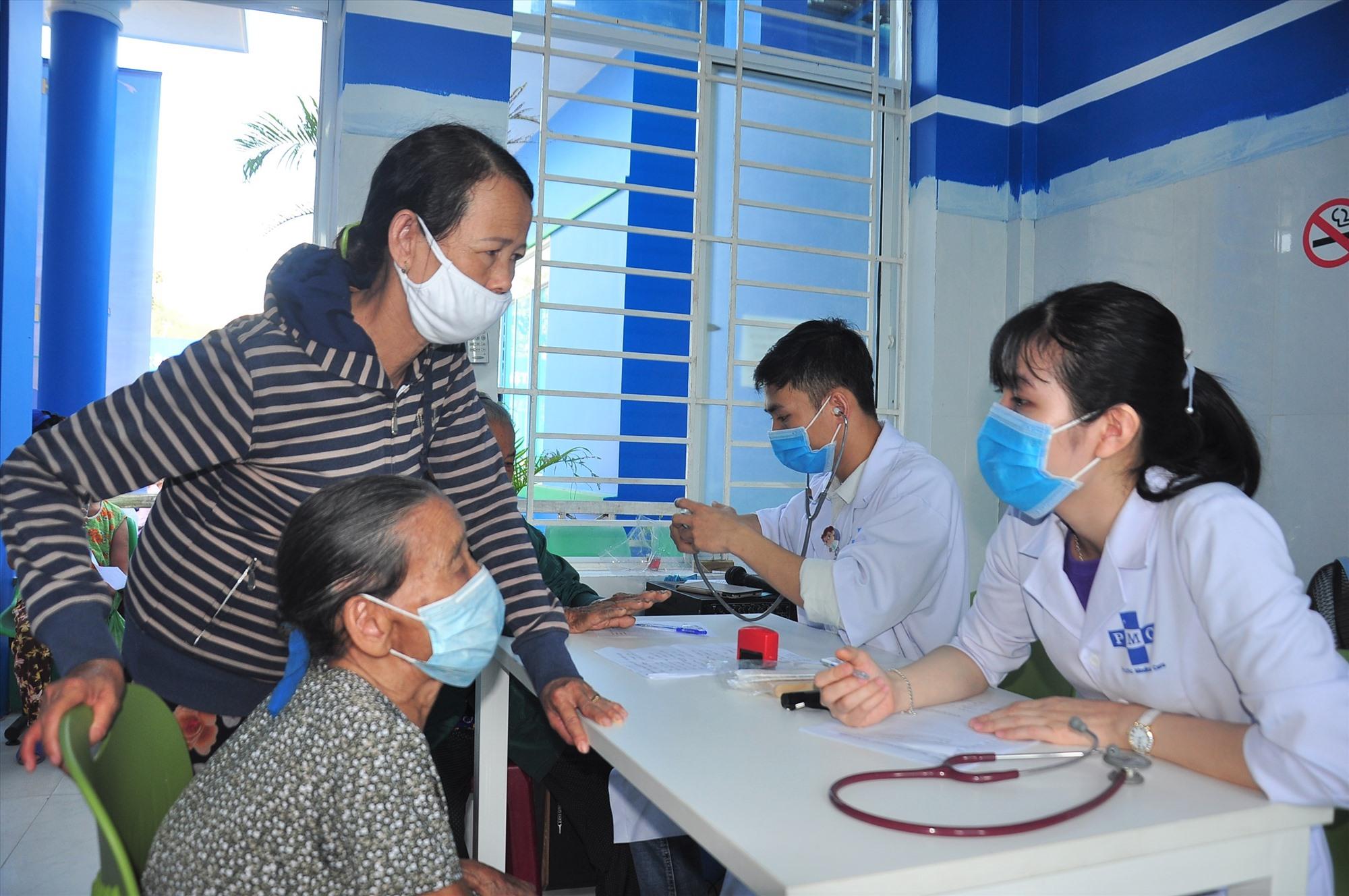 Dự kiến có khoảng 600 người dân các địa phương Tam Thăng, Tam Phú và phường An Sơn được khám bệnh, cấp phát thuốc miễn phí từ chương trình. Ảnh: VINH ANH