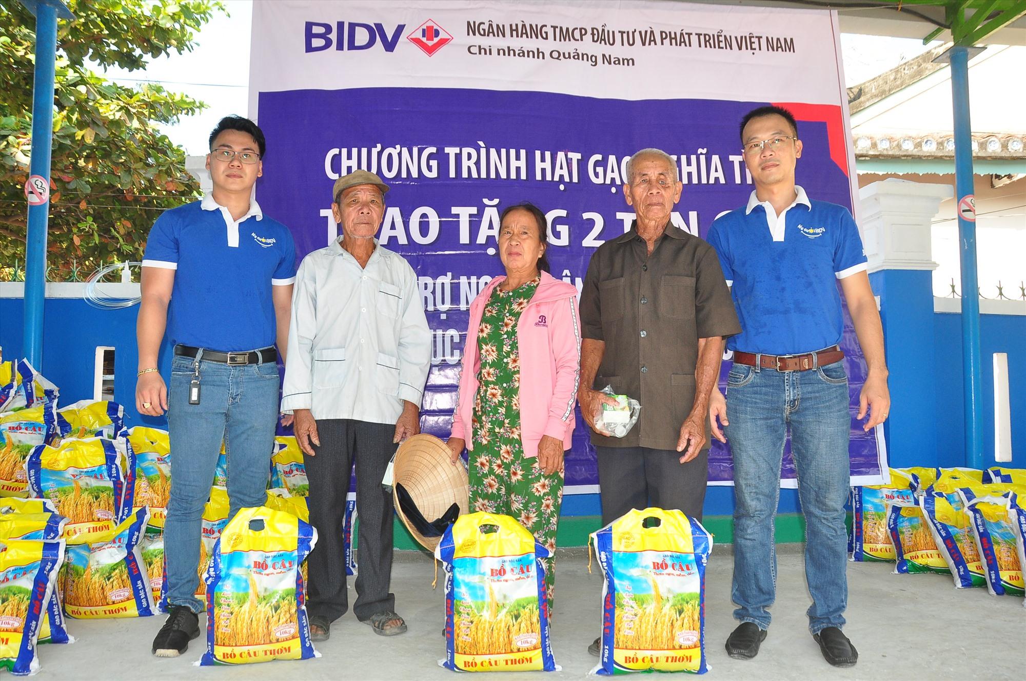 Tại chương trình, Đoàn thanh niên Ngân hàng BIDV Quảng Nam tặng mỗi người dân 10kg gạo. Ảnh: VINH ANH