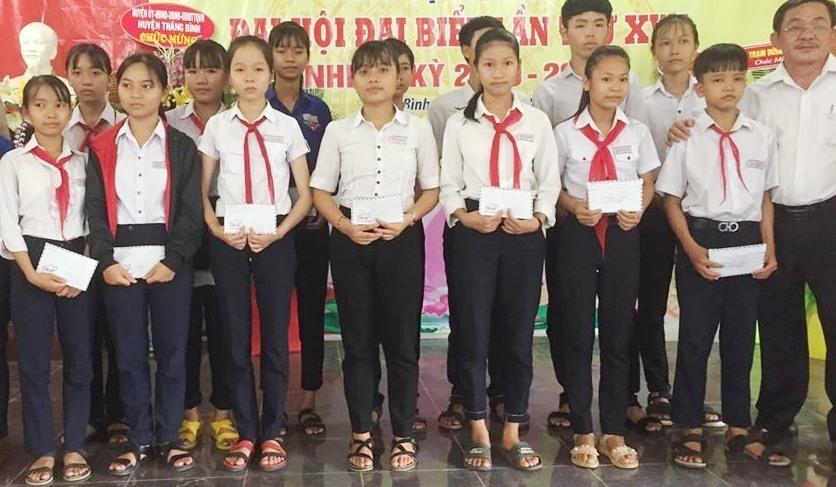 Trao quà học thêm của COV cho học sinh xã Bình An (Thăng Bình). Ảnh: H.P