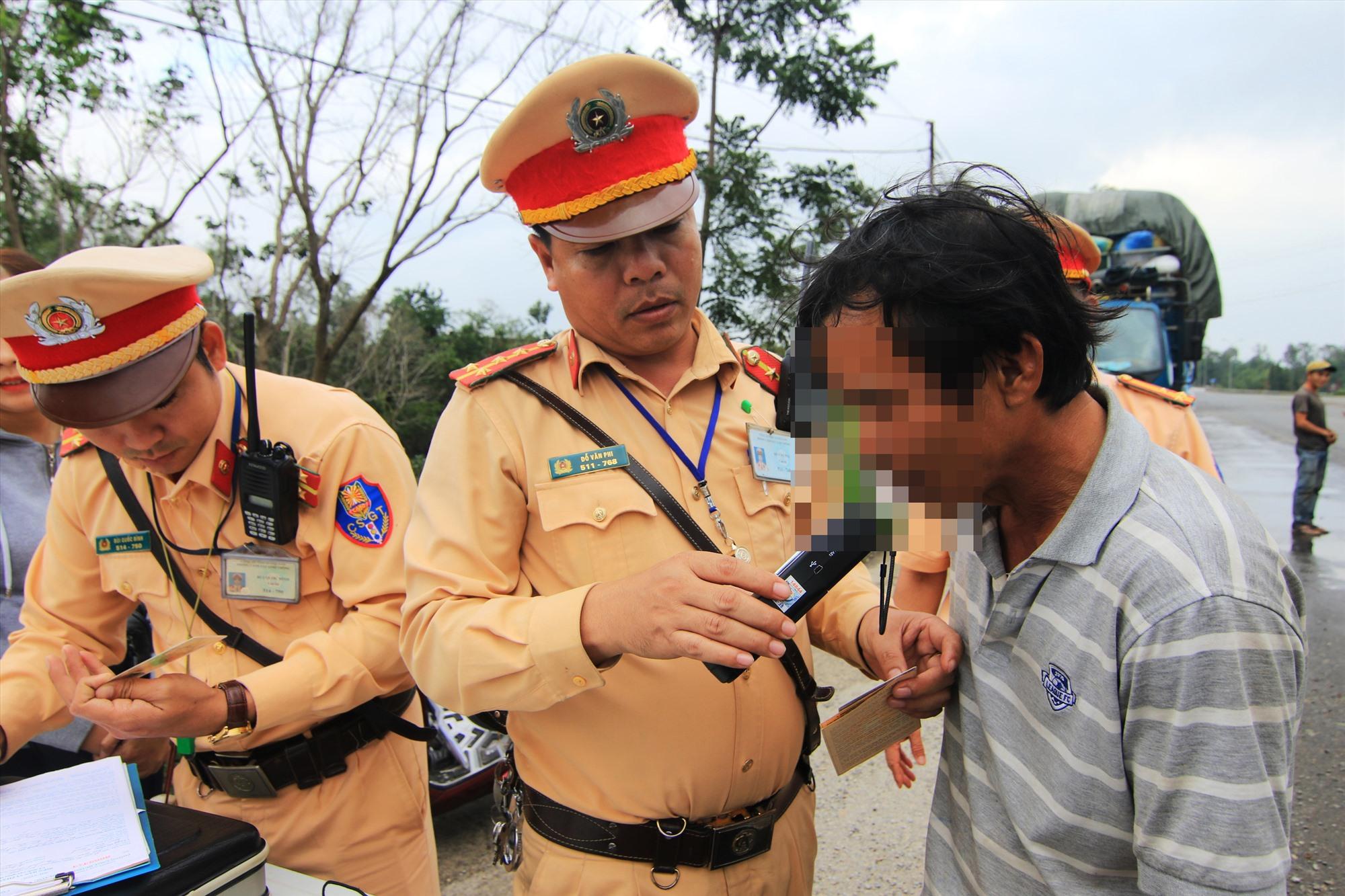 Lực lượng Cảnh sát giao thông kiểm tra, đo nồng đồ cồn người điều khiển phương tiện tham gia giao thông. Ảnh: P.GIANG