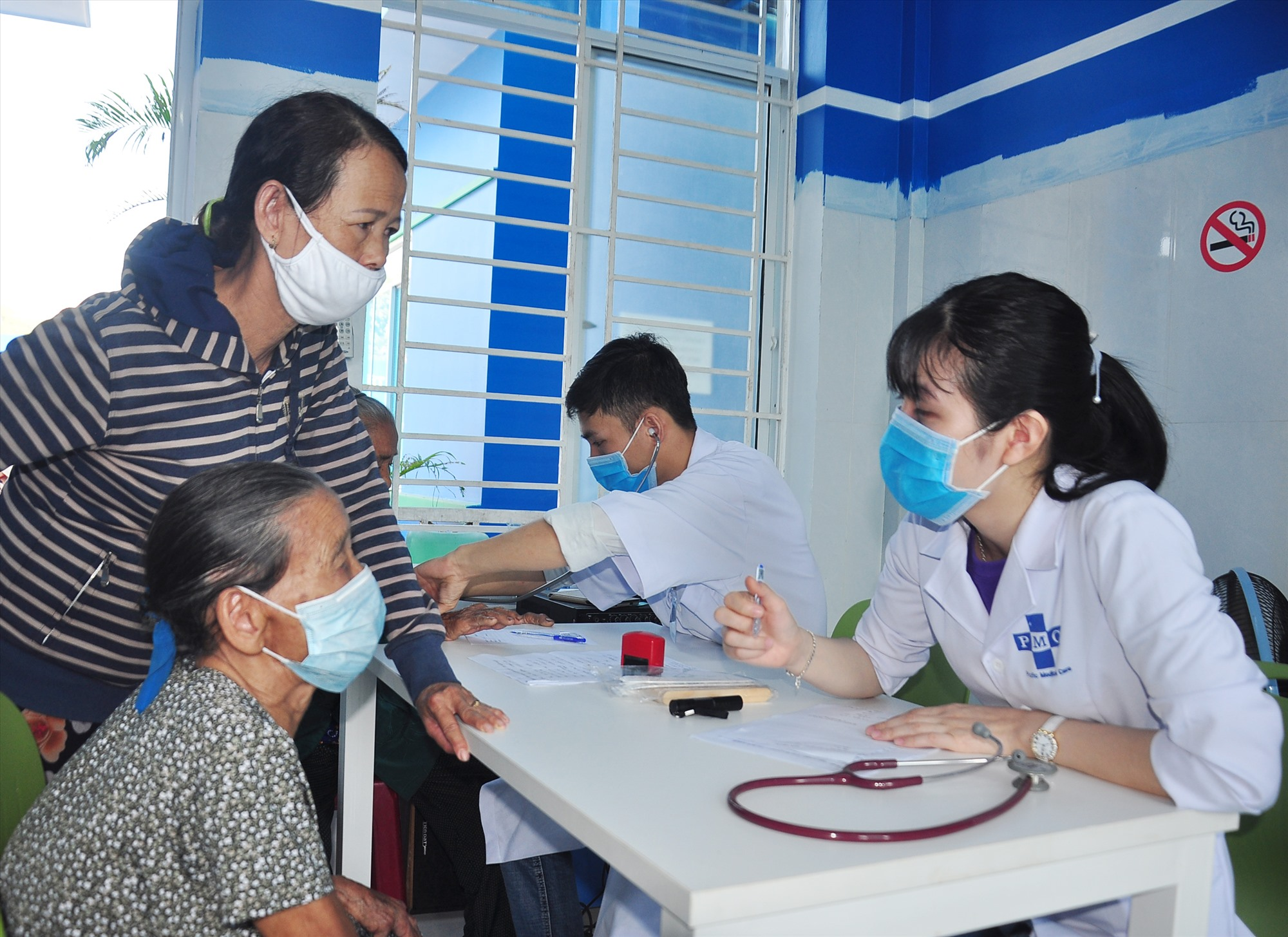 Các y, bác sĩ Bệnh viện Đa khoa Thái Bình Dương tận tình tư vấn, hướng dẫn người dân khi đến khám bệnh. Ảnh: VINH ANH