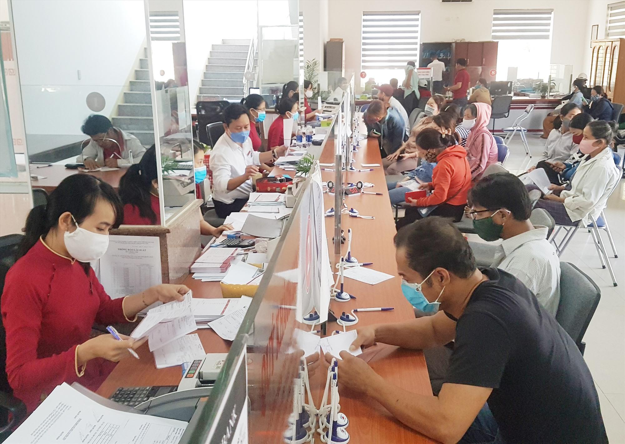 Trong công việc hàng ngày, cán bộ chi nhánh Ngân hàng NN&PTNT huyện Tiên Phước phải xác định vì nhân dân phục vụ. Ảnh: D.L
