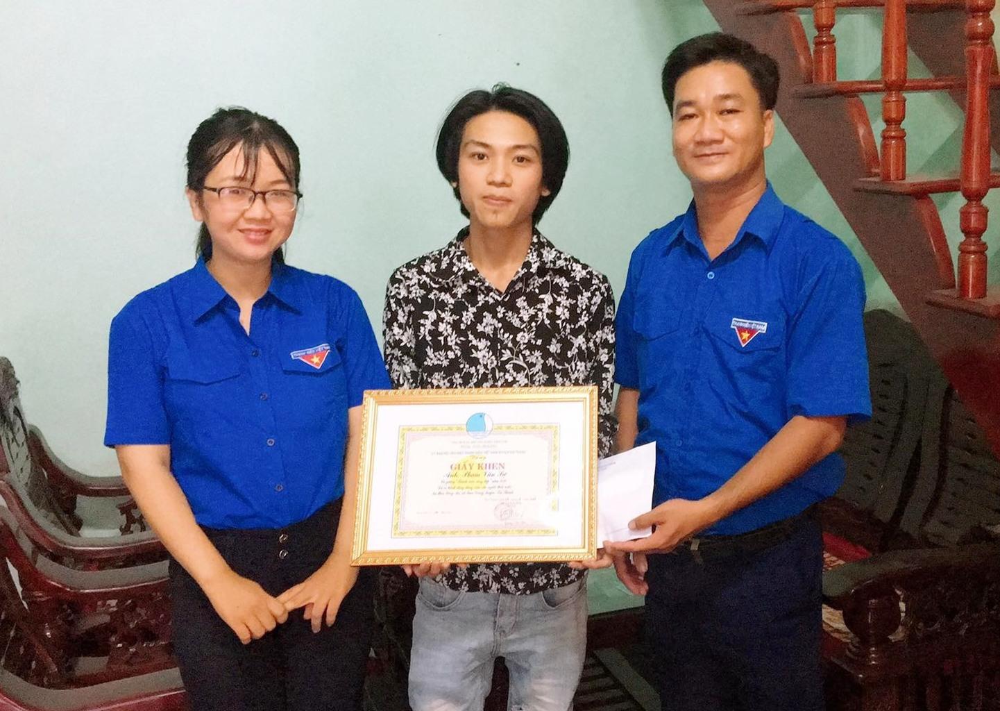Núi Thành: Tặng giấy khen thanh niên dũng cảm cứu người đuối nước