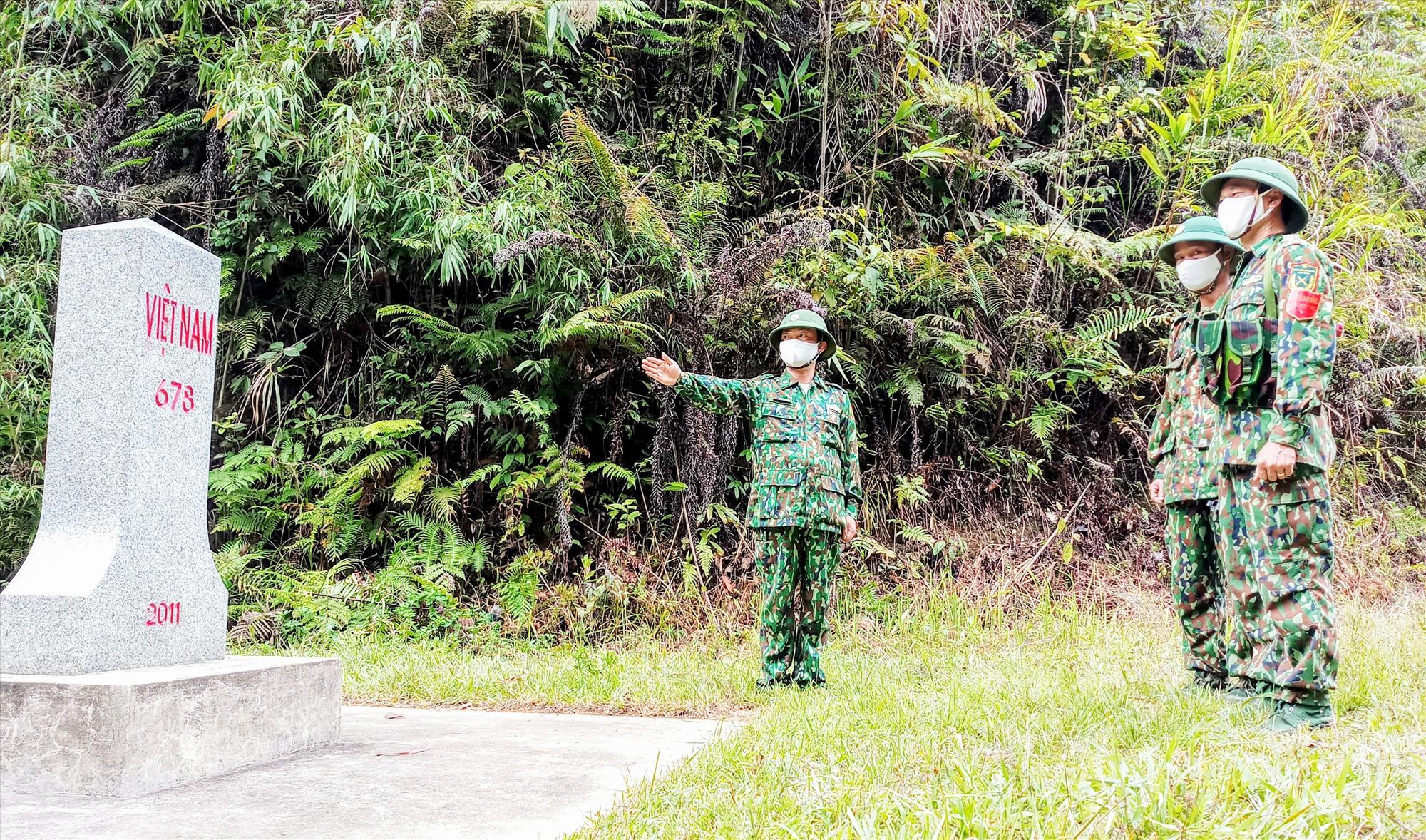 Gác lại niềm riêng, Đại úy Nguyễn Công Thuần (bên trái) cùng đồng đội miệt mài với nhiệm vụ tuần tra biên giới. Ảnh: ALĂNG NGƯỚC