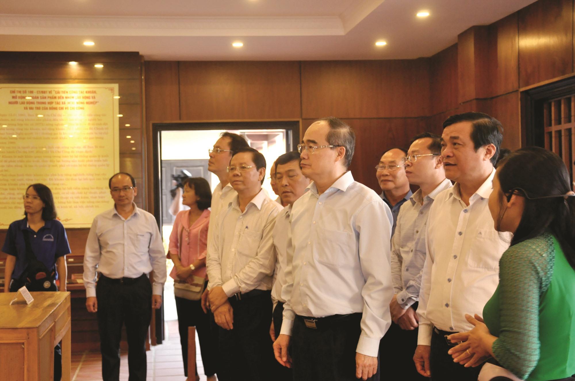 Đồng chí Nguyễn Thiện Nhân, Bí thư Thành ủy Thành phố Hồ Chí Minh thăm Nhà lưu niệm đồng chí Võ Chí Công tại Núi Thành. Ảnh: NGUYÊN ĐOAN