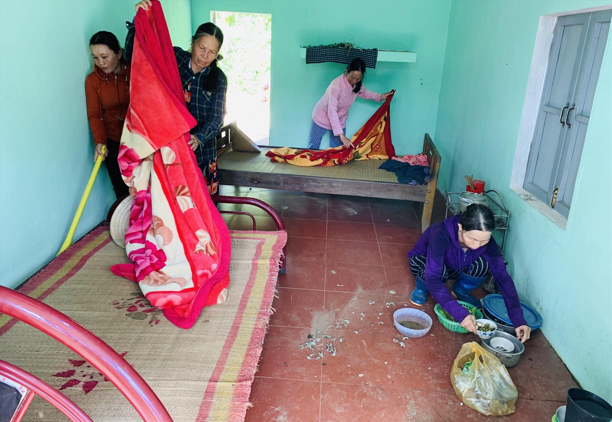 Phụ nữ tổ 8, thôn Phước Thạnh, xã Tam Thạnh vệ sinh nhà cửa cho bà Sòng. Ảnh: V.Đ