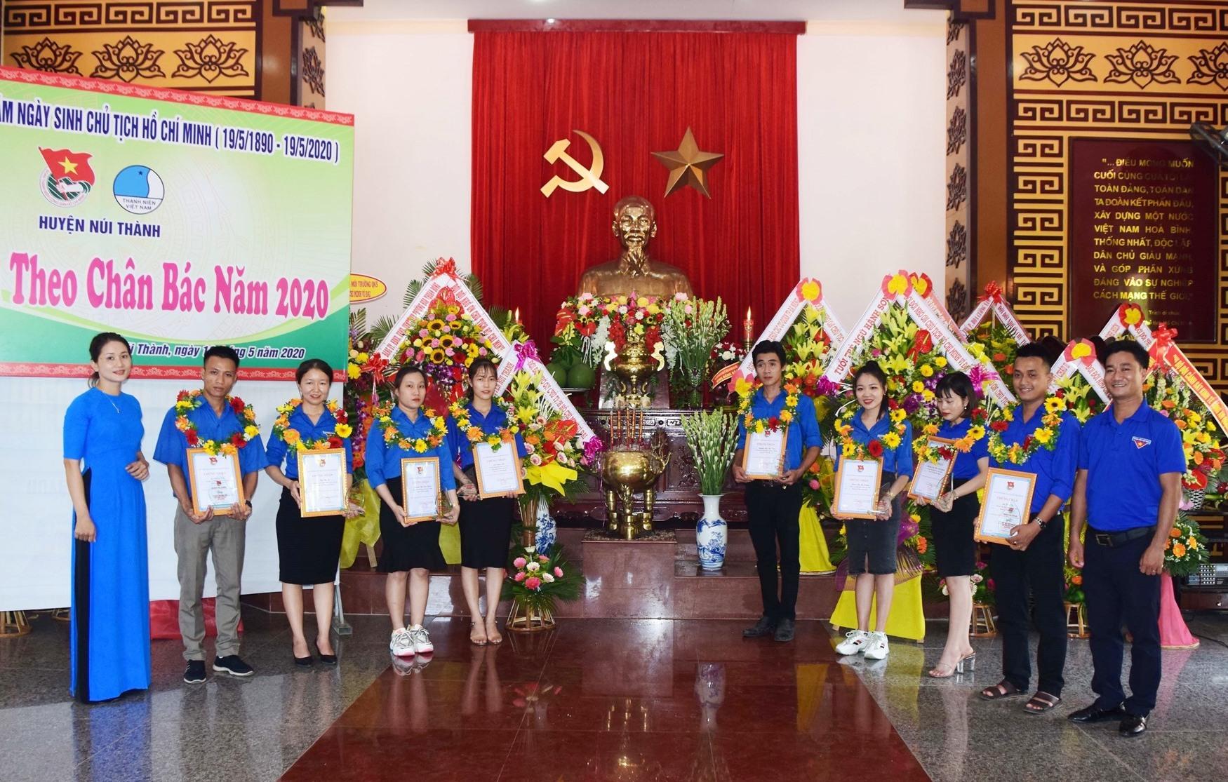 Đại biểu tuyên dương chụp ảnh trước tượng Bác tại Bảo tàng Hồ Chí Minh – Chi nhánh quân khu 5. Ảnh: THÁI CƯỜNG