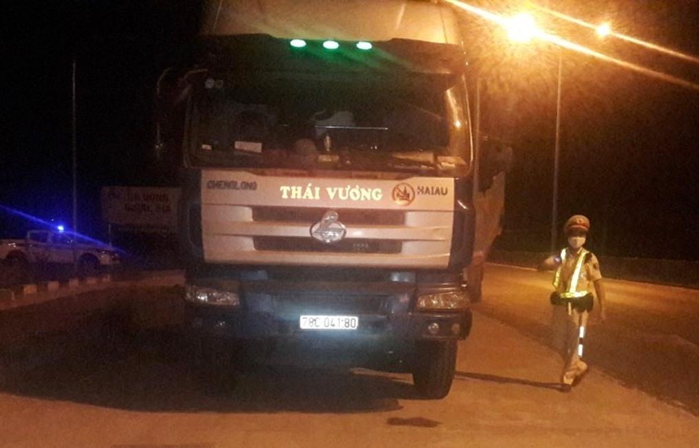 Chiếc xe tải chở vật liệu xây dựng vượt quá tải trọng hơn 60%. Ảnh: P.N