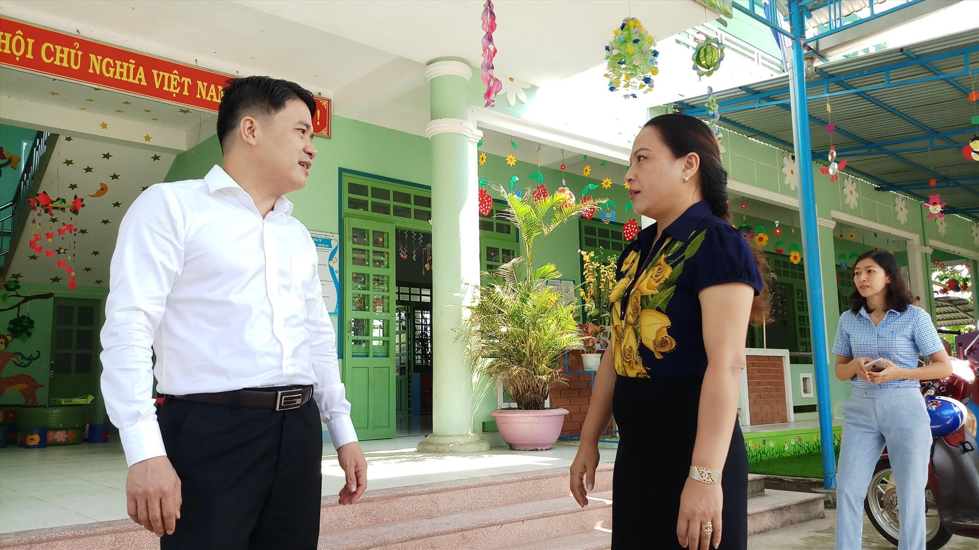 Phó Chủ tịch UBND tỉnh Trần Văn Tân kiểm tra tại trường Mầm non Mai Vàng (xã Trà Sơn, huyện Bắc Trà My). Ảnh: A.N