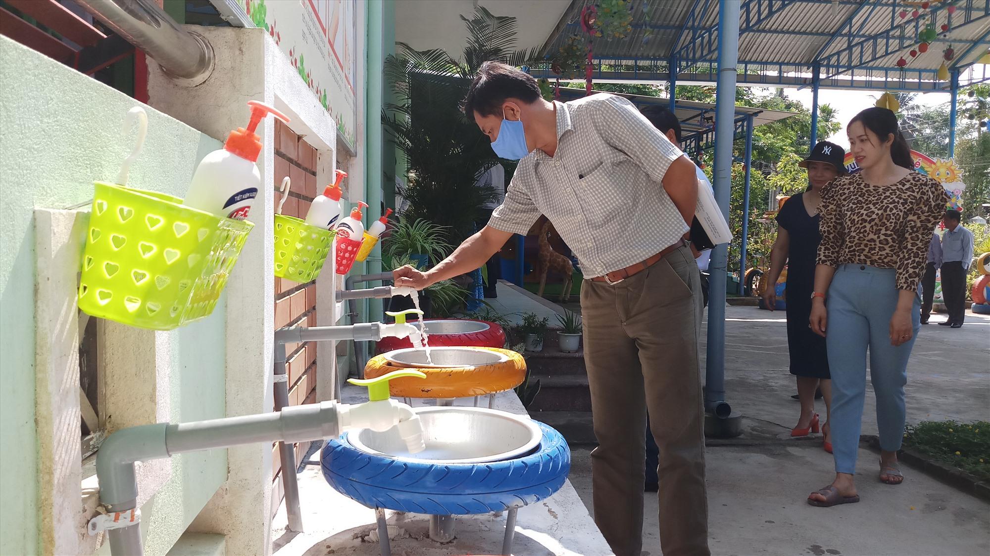 Nhiều điểm trường ở Bắc Trà My chuẩn bị đầy đủ hệ thống vòi xịt rửa tay và các dung dịch sát khuẩn cho học sinh. Ảnh: A.N