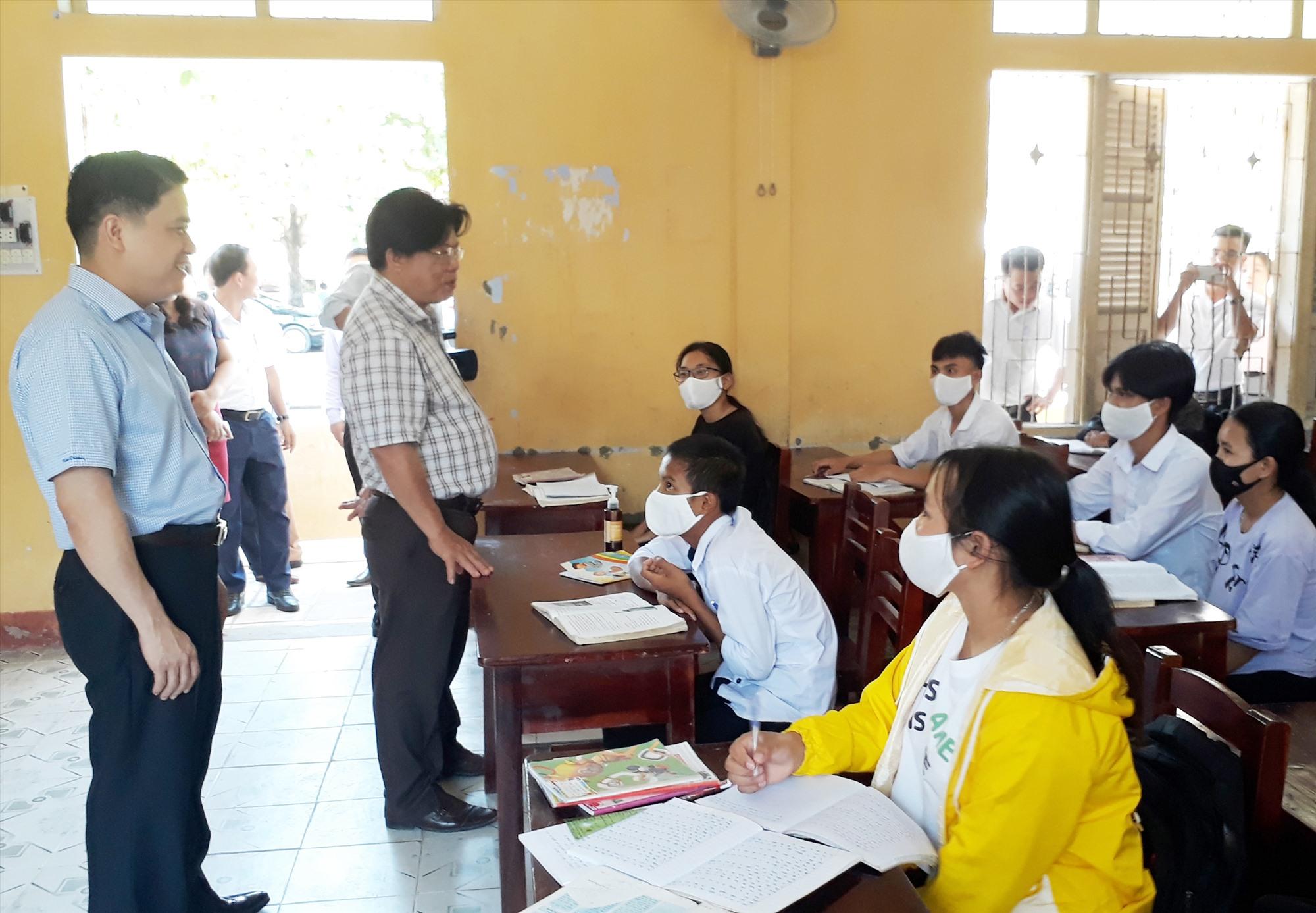Phó Chủ tịch UBND tỉnh Trần Văn Tân và Giám đốc Sở GD-ĐT Hà Thanh Quốc thăm lớp học Trường Phổ thông DTNT tỉnh. Ảnh: X.P
