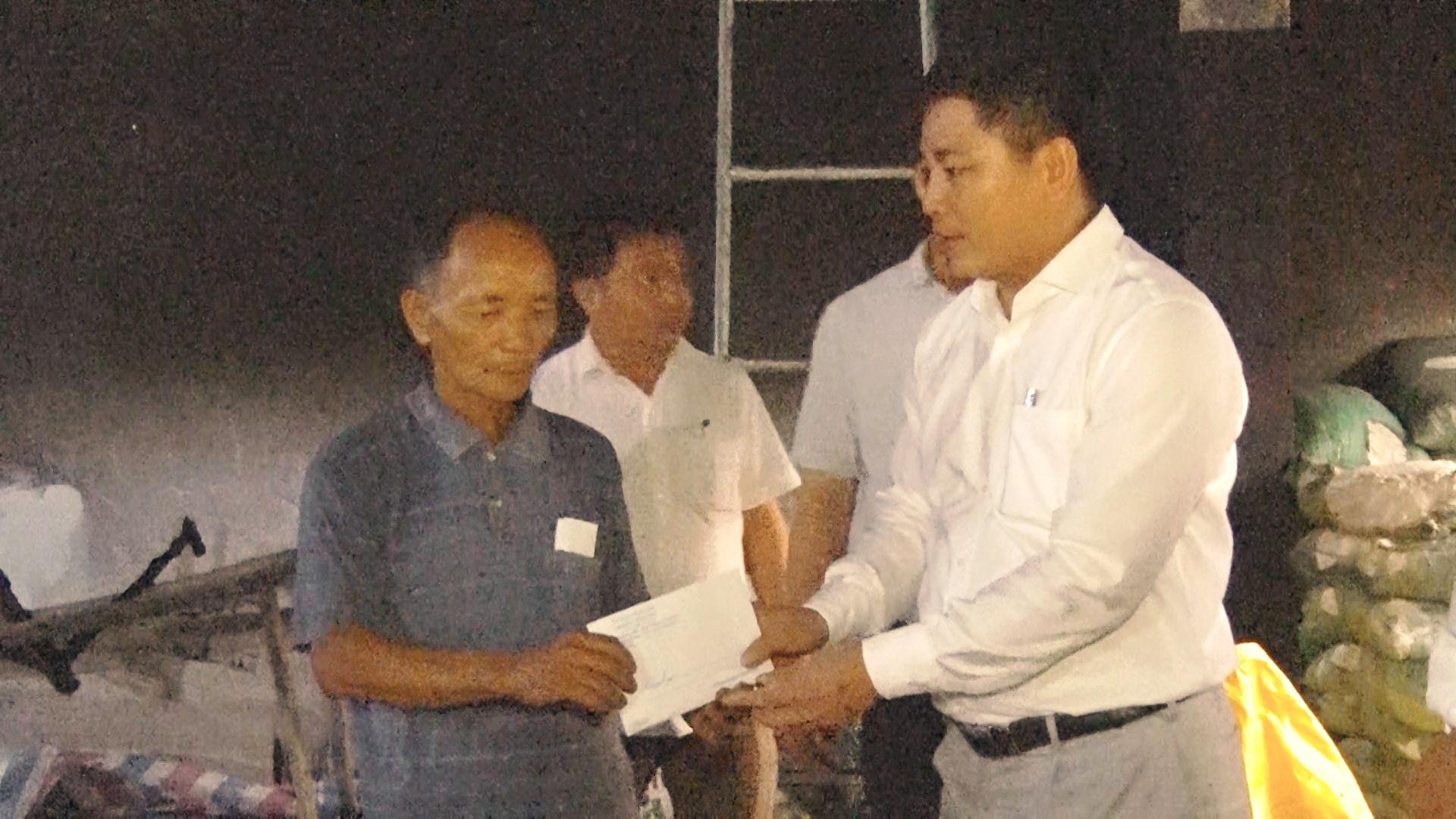 Lãnh đạo huyện Nông Sơn thăm hỏi, động viên và trao 10 triệu đồng tiền hỗ trợ gia đình.